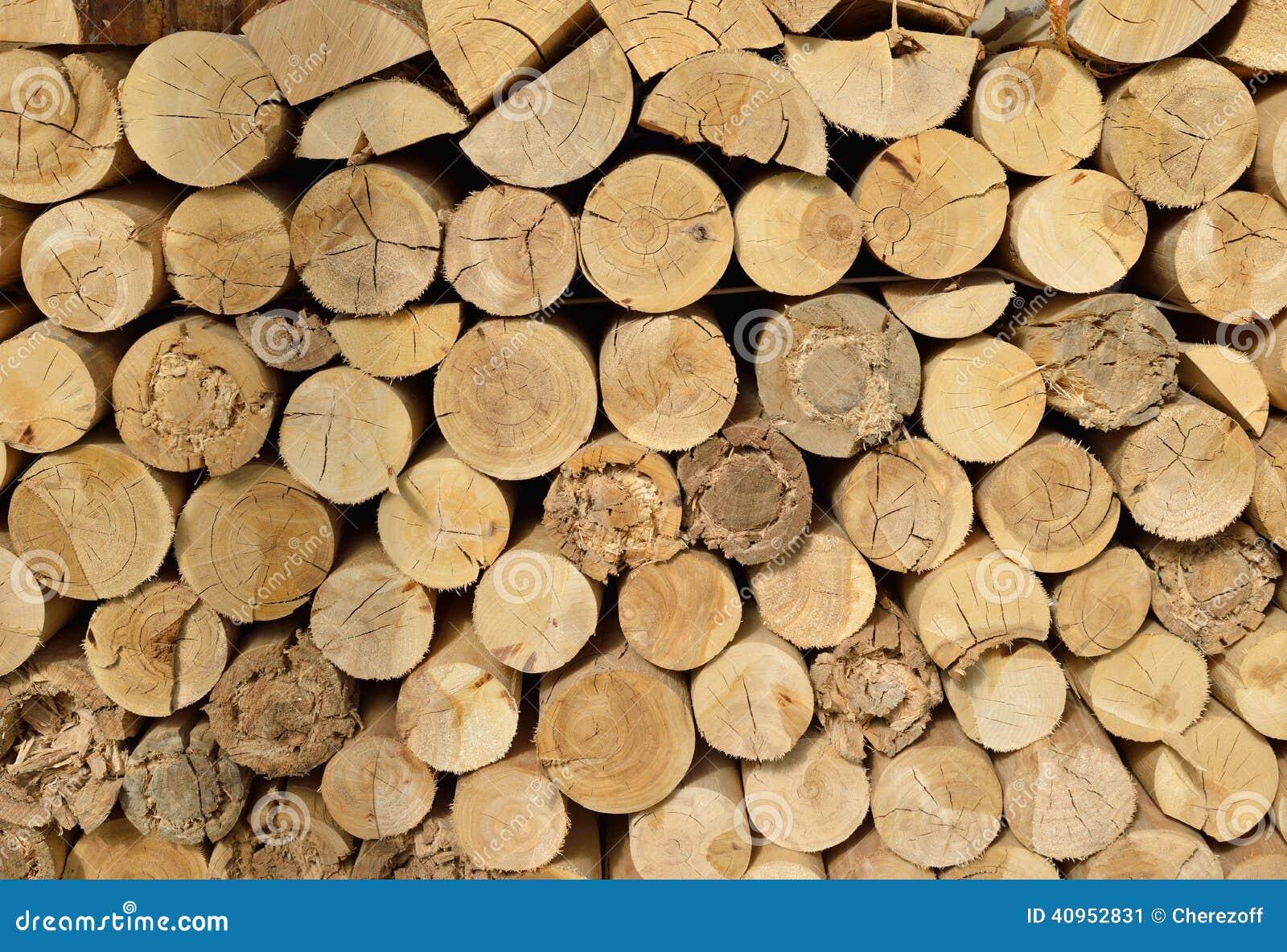 Hout gehakt die brandhout op de stapel wordt gestapeld