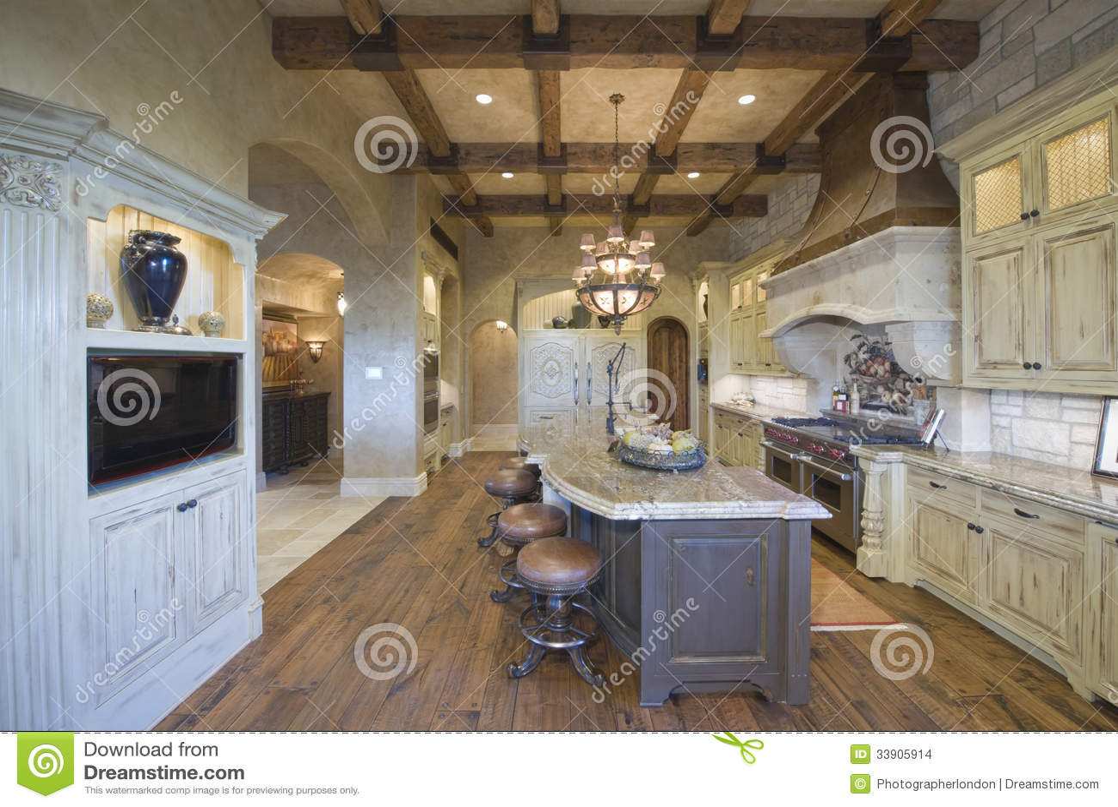 Hout gericht plafond met krukken bij keukeneiland stock afbeeldingen afbeelding 33905914 - Meubilair outdoor houten keuken ...