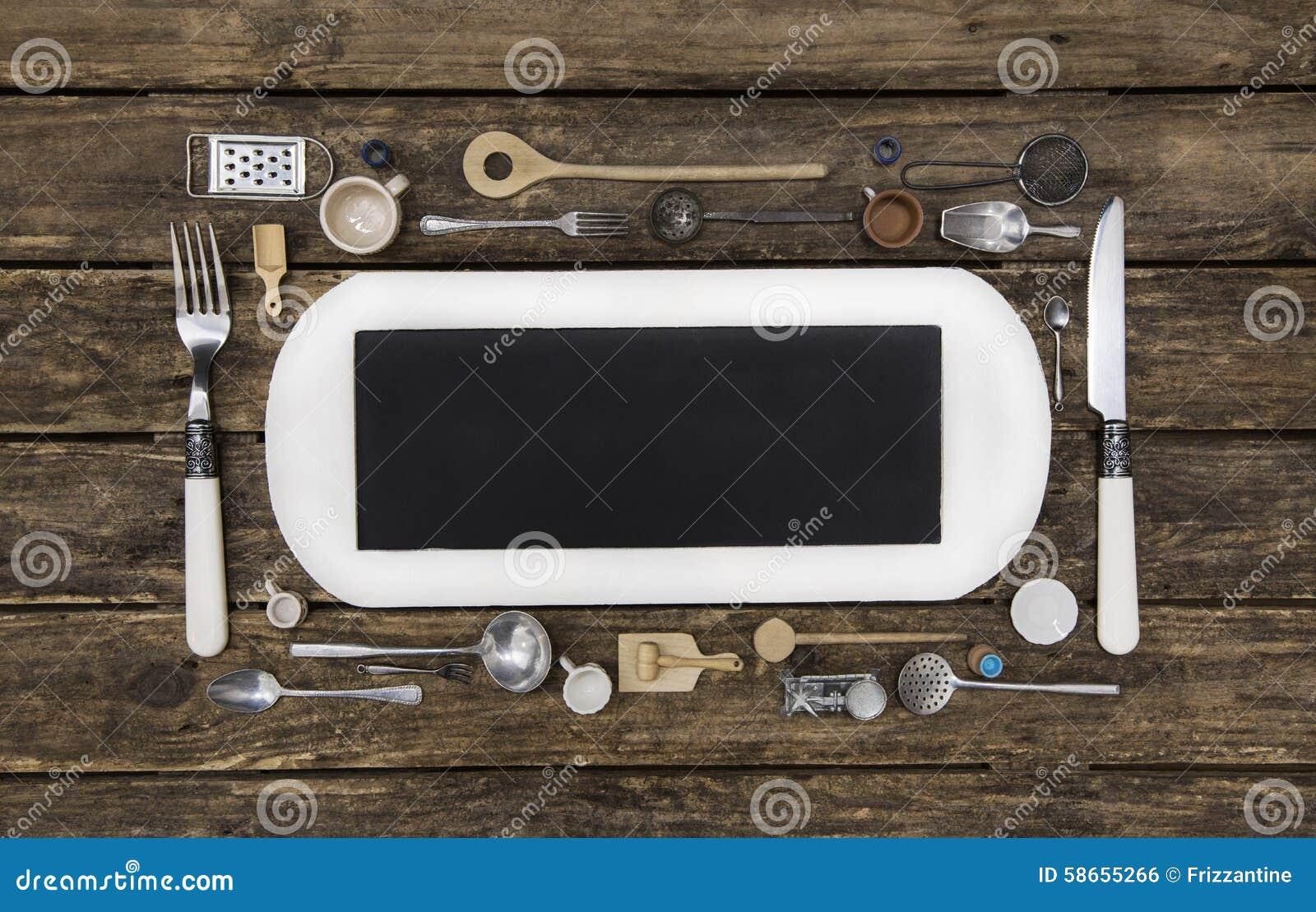 Houten achtergrond met een wit teken en bestek met oude keuken stock