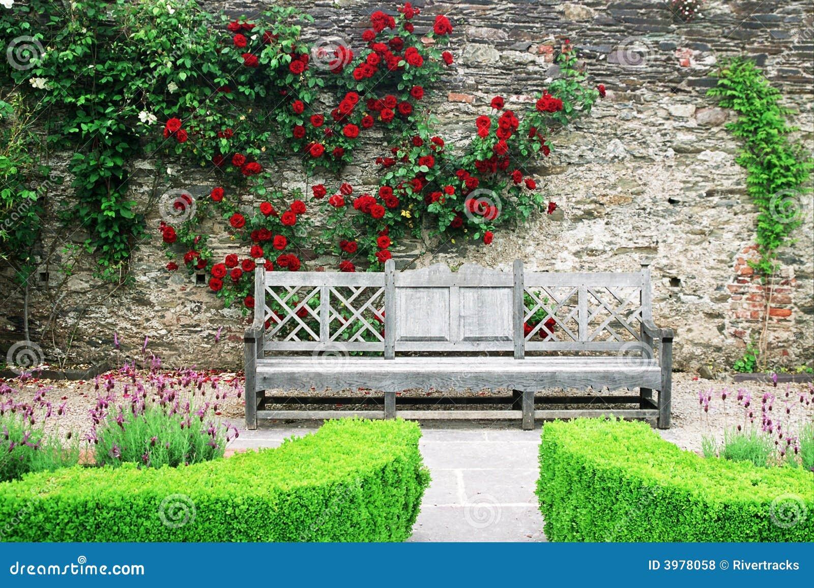Houten bank in de roze tuinen van kasteel Lismore