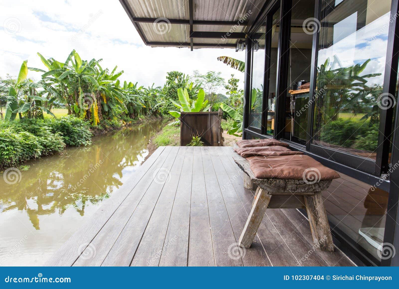 houten bank op balkon stock foto. afbeelding bestaande uit balkon