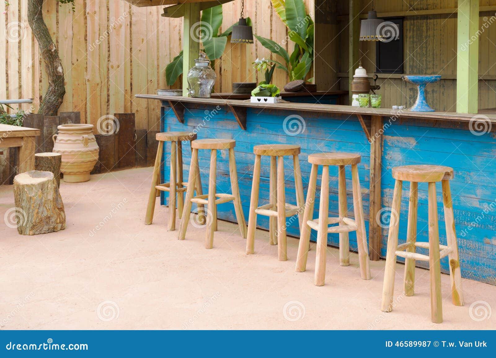 Houten bar met barkrukken stock foto afbeelding 46589987 - Meubilair outdoor houten keuken ...
