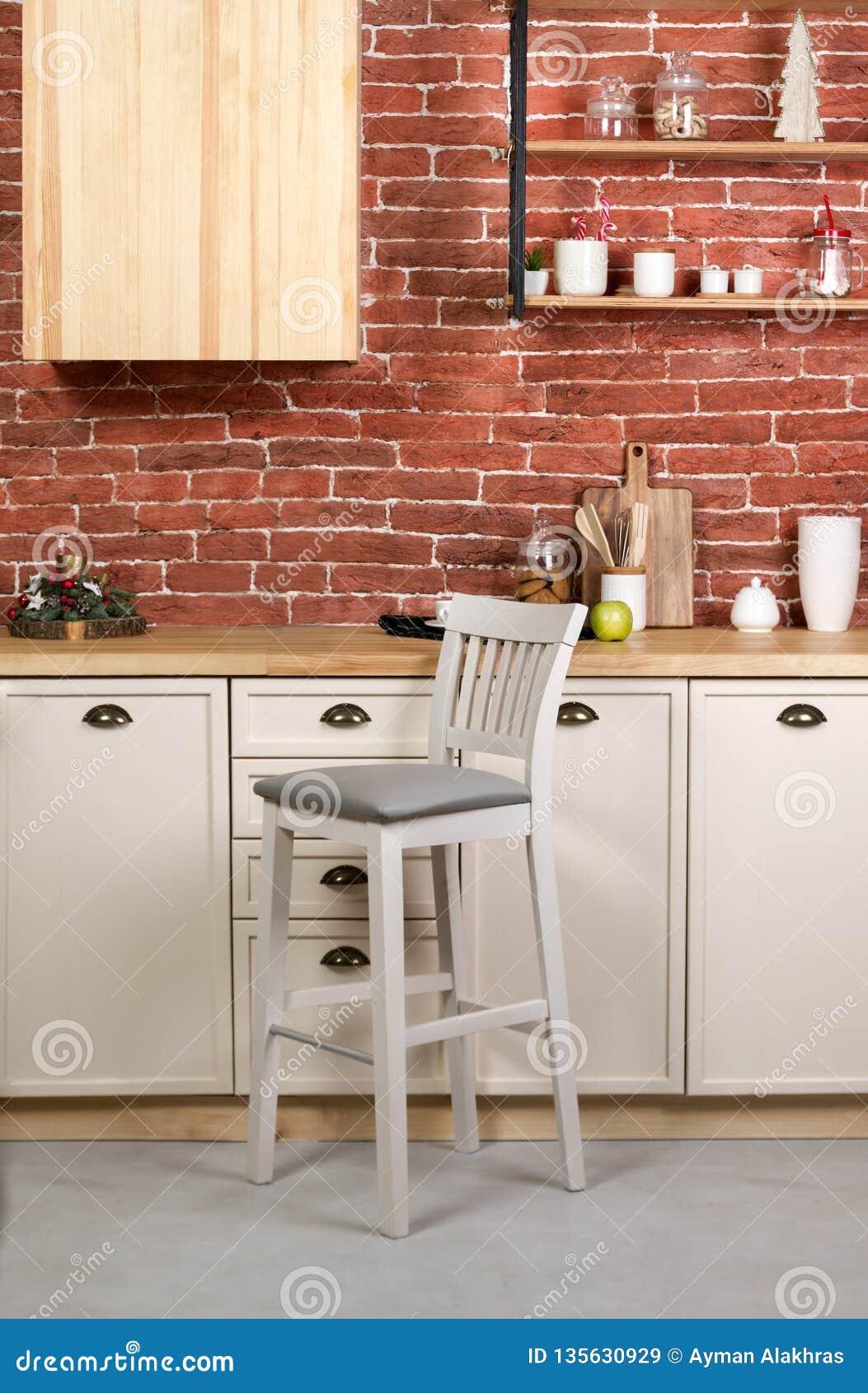Houten barkrukstoel in witte houten keuken
