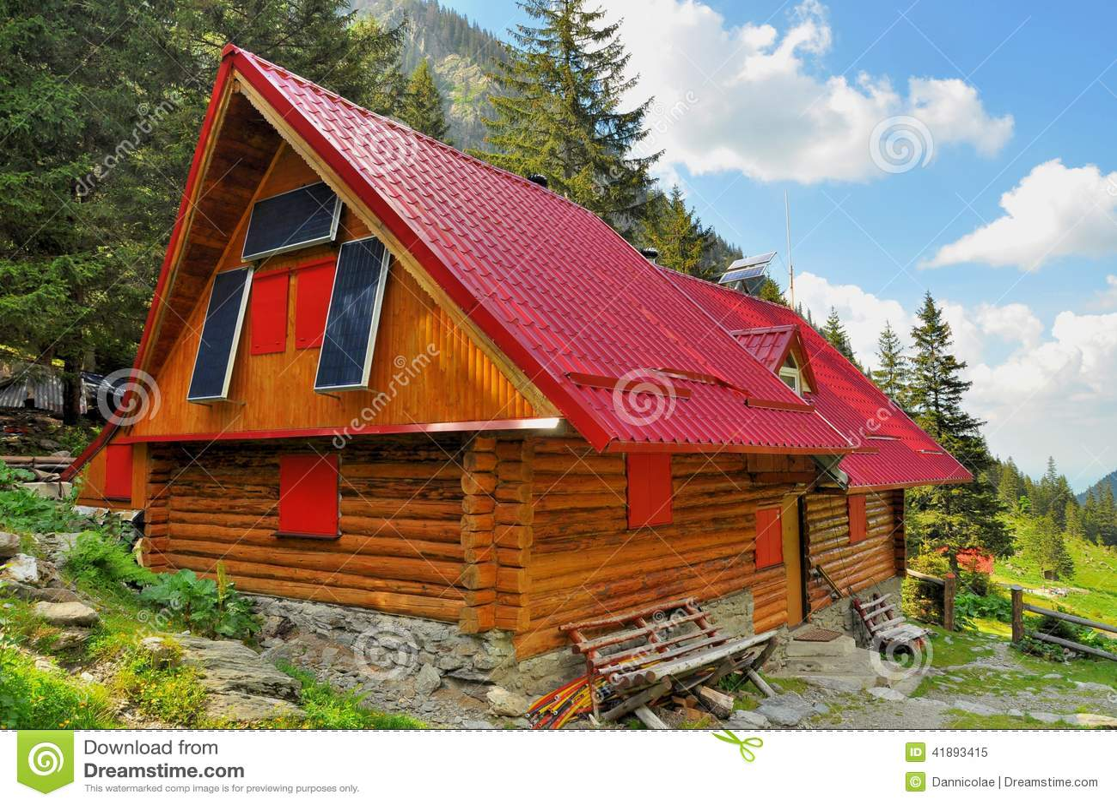 Houten bergchalet met zonnepanelen stock foto afbeelding 41893415 - Interieur chalet houten berg ...
