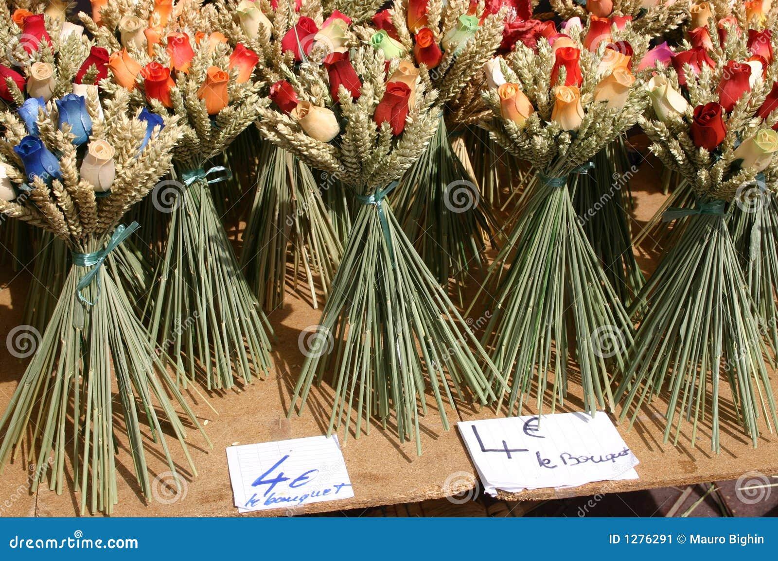 Houten bloemen op een Franse wegmarkt