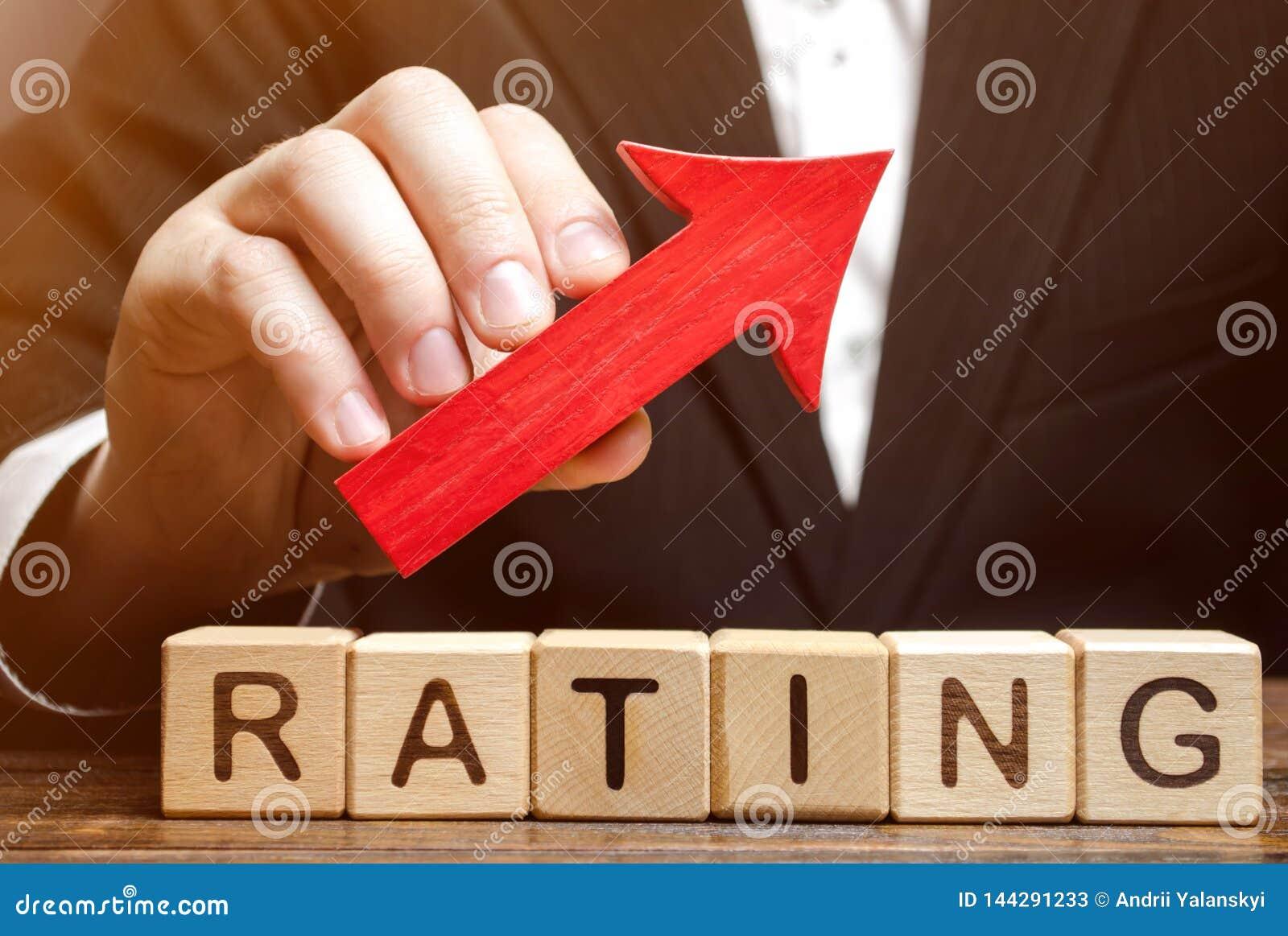 Houten blokken met de woordclassificatie en de omhooggaande pijl in de handen van de criticus Het verbeteren van de kwaliteit van