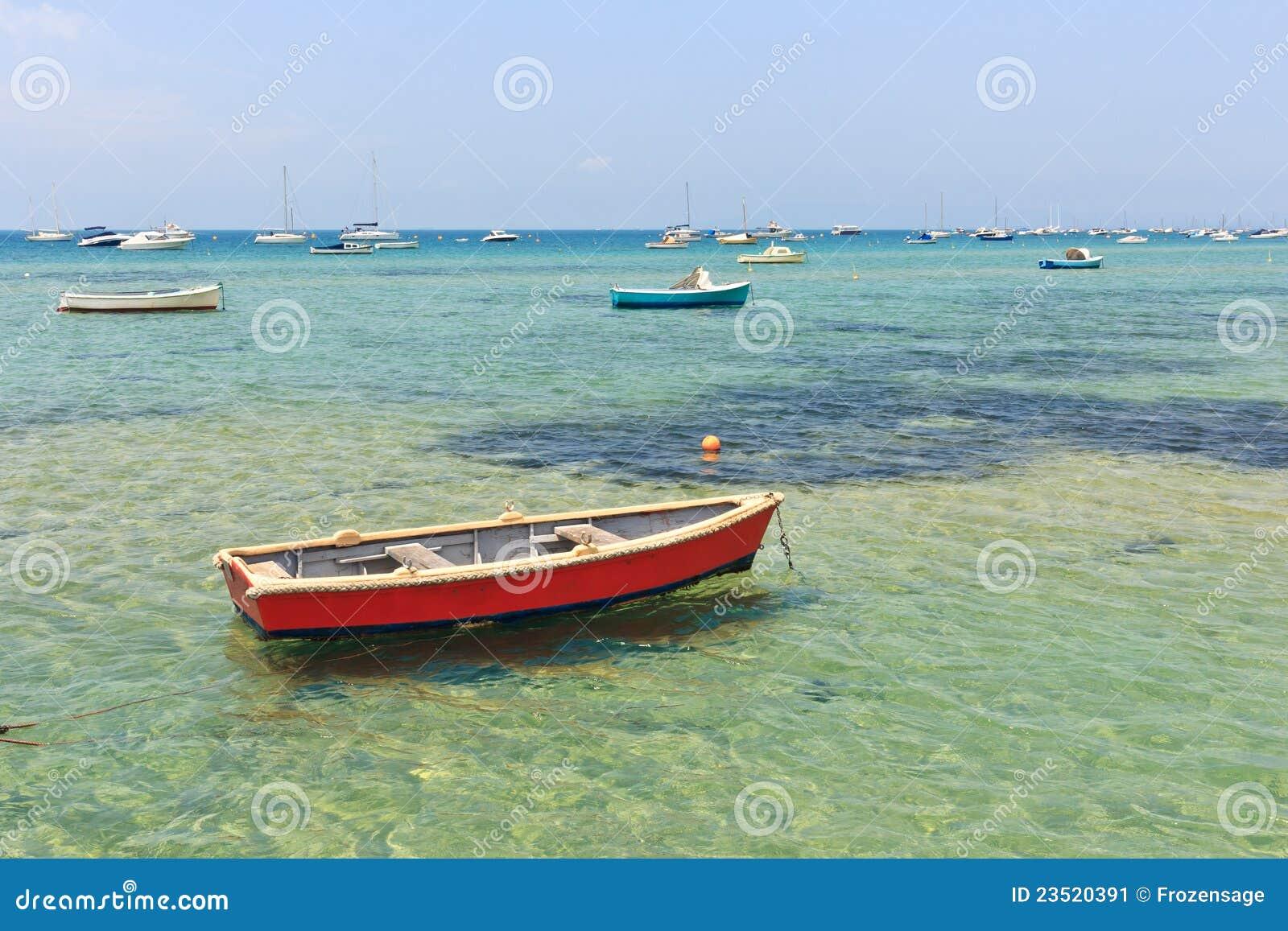 Houten boot in ondiep water
