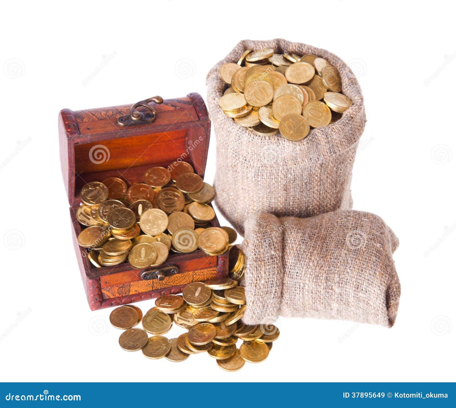 Houten borst en twee die zakken met muntstukken wordt gevuld