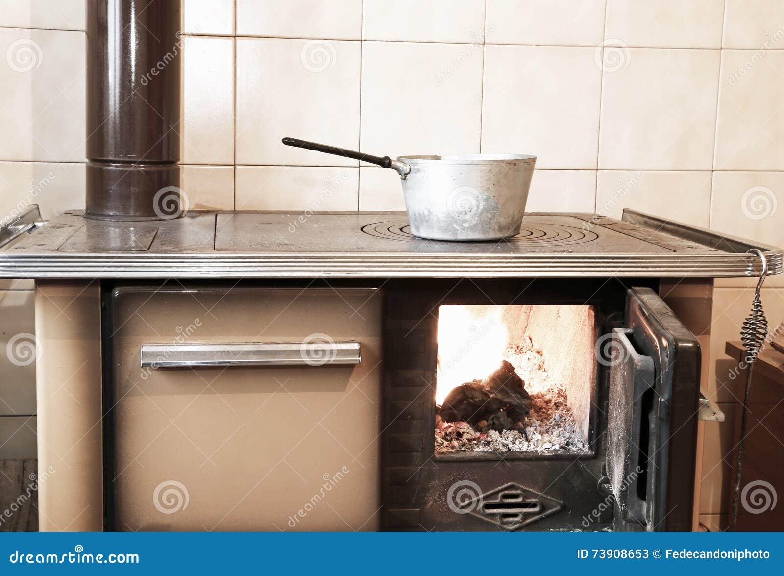 Houten brandt fornuis in de keuken van oud huis stock afbeelding