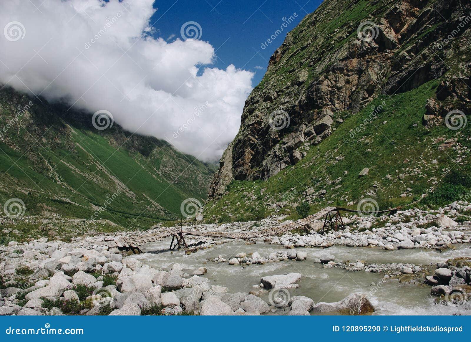 Houten brug en bergrivier, Russische Federatie, de Kaukasus,