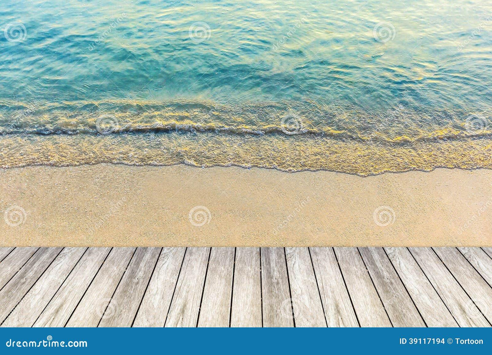 Houten brug en golf van het overzees