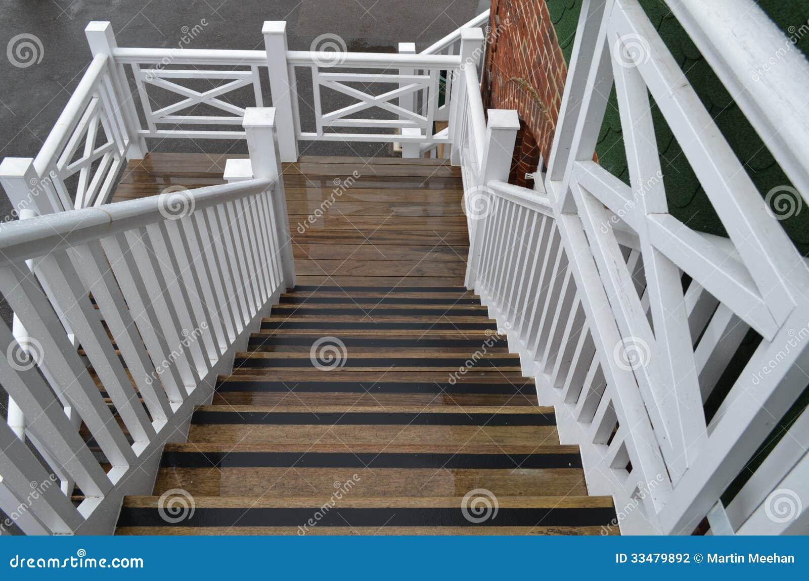Houten buitentrap stock fotografie afbeelding 33479892 - Aanpassen van een houten trap ...
