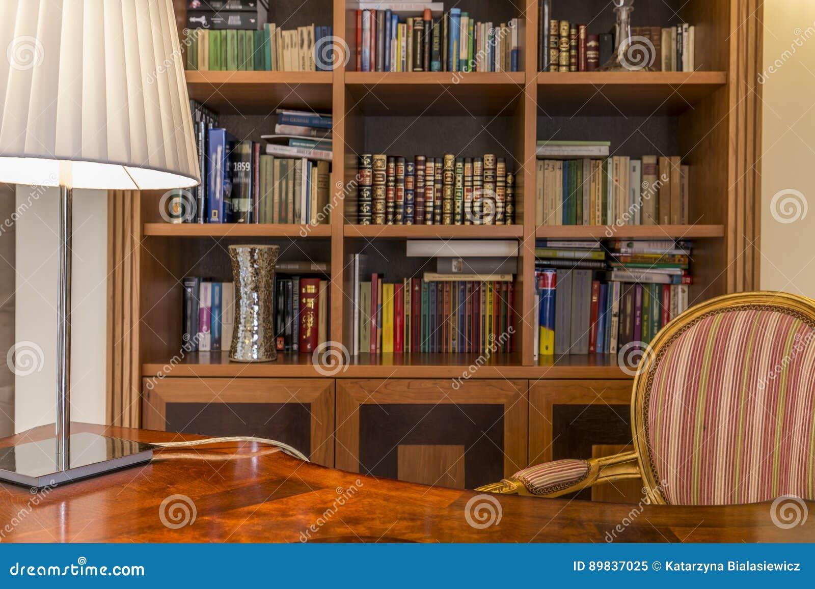 Houten Bureau En Klassieke Boekenkast Met Boeken Stock Afbeelding ...