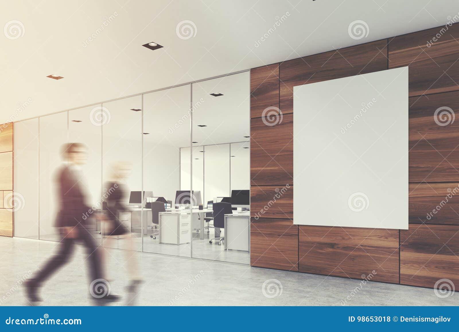 Houten bureauhal met een affiche, mensen
