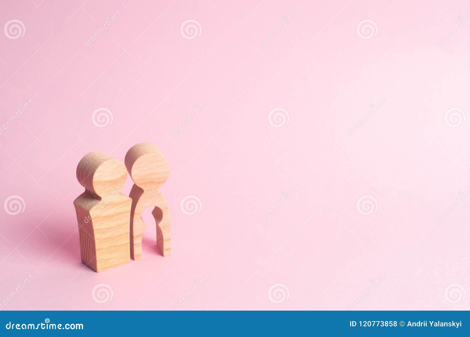Houten cijfers van een man en een vrouw met een leegte binnen het lichaam in de vorm van een kind Onvruchtbaarheid in een paar