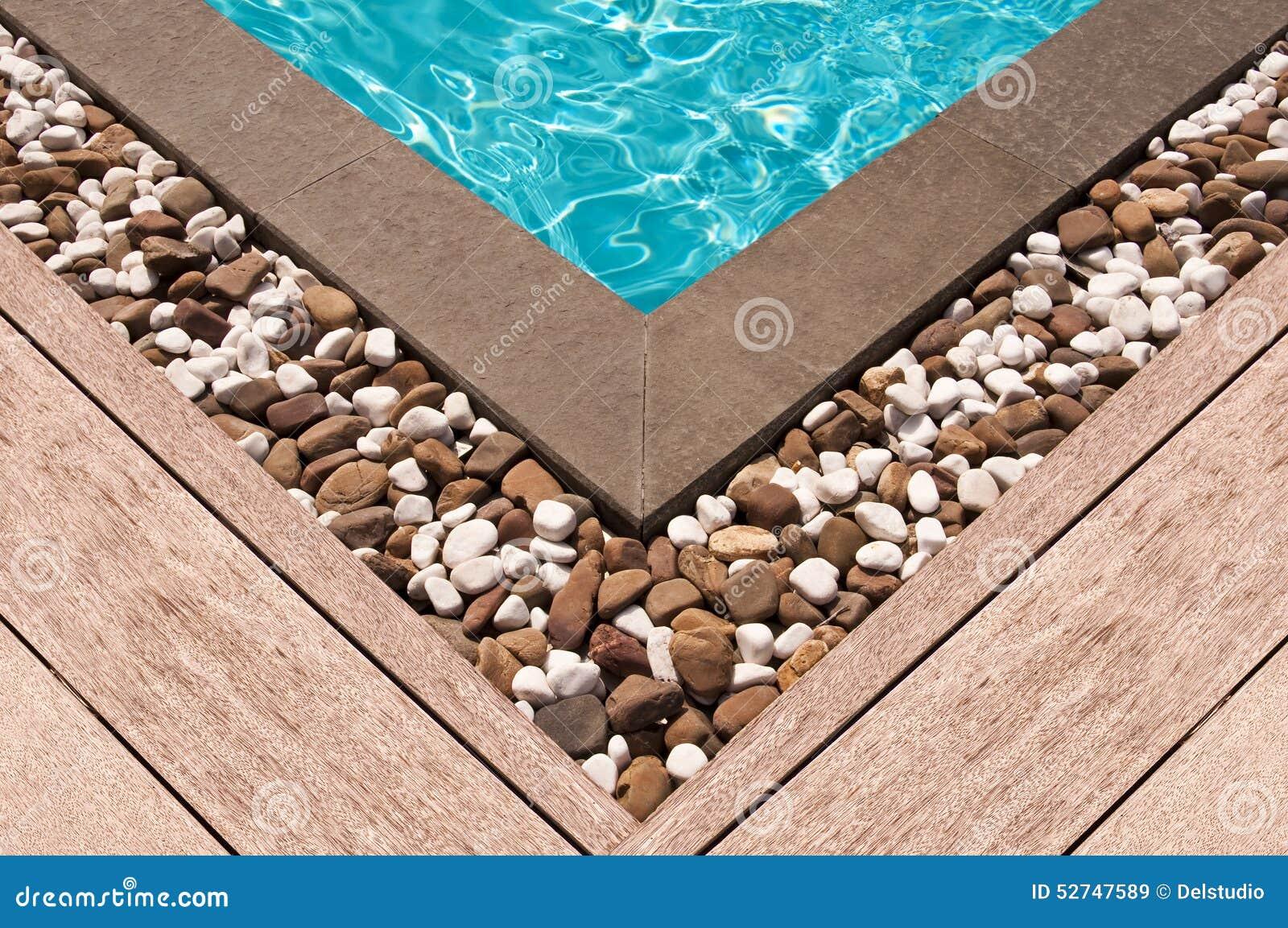 Houten dek en steen bij de hoek van zwembad stock afbeelding