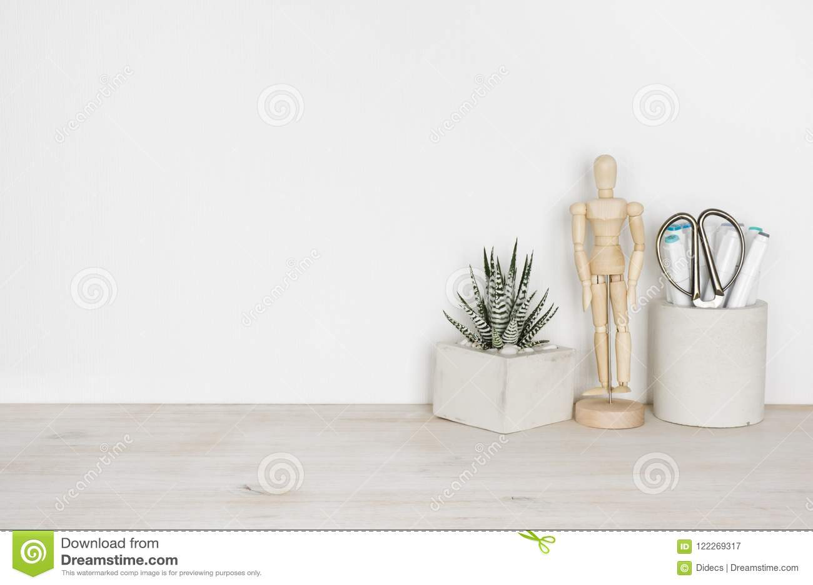Houten Desktop met bloempot, menselijke beeldje en bureaulevering
