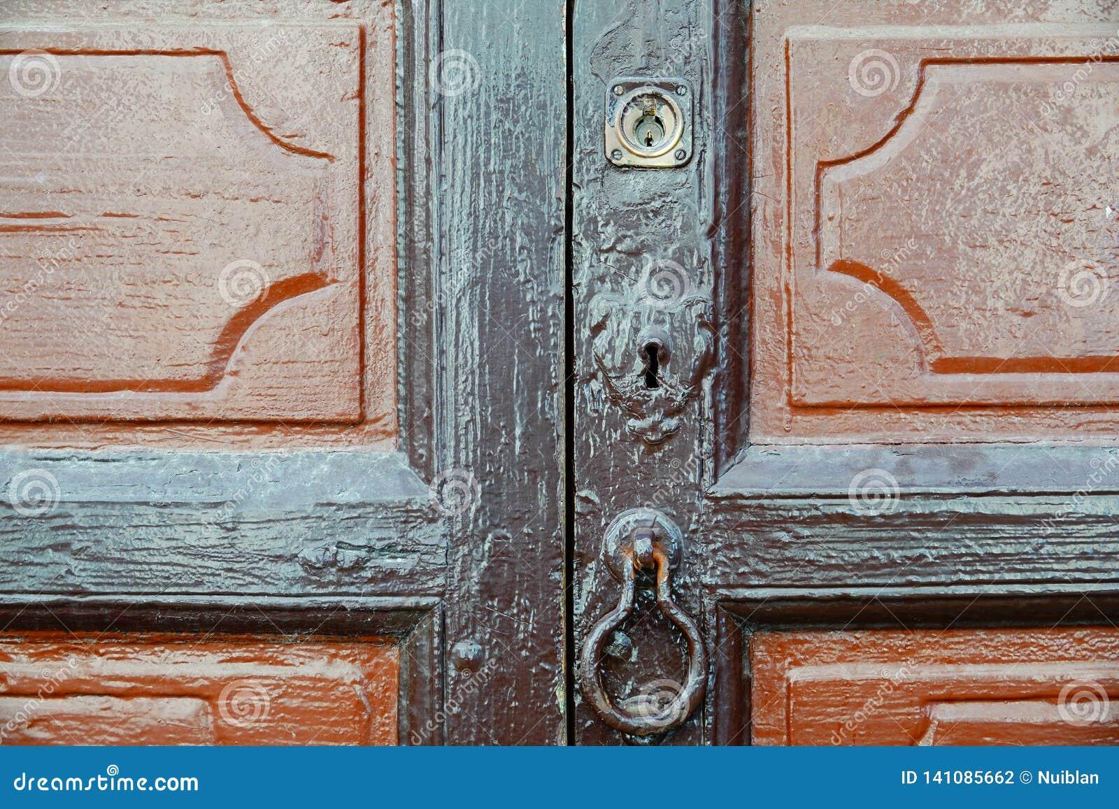 Houten deur met slot en kloppers