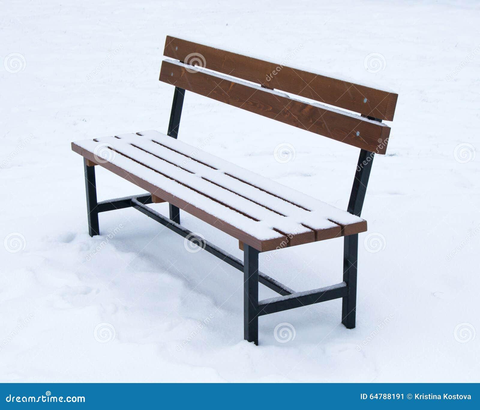 Houten die bank met sneeuw wordt behandeld - Kerstmis van de de wintertijd