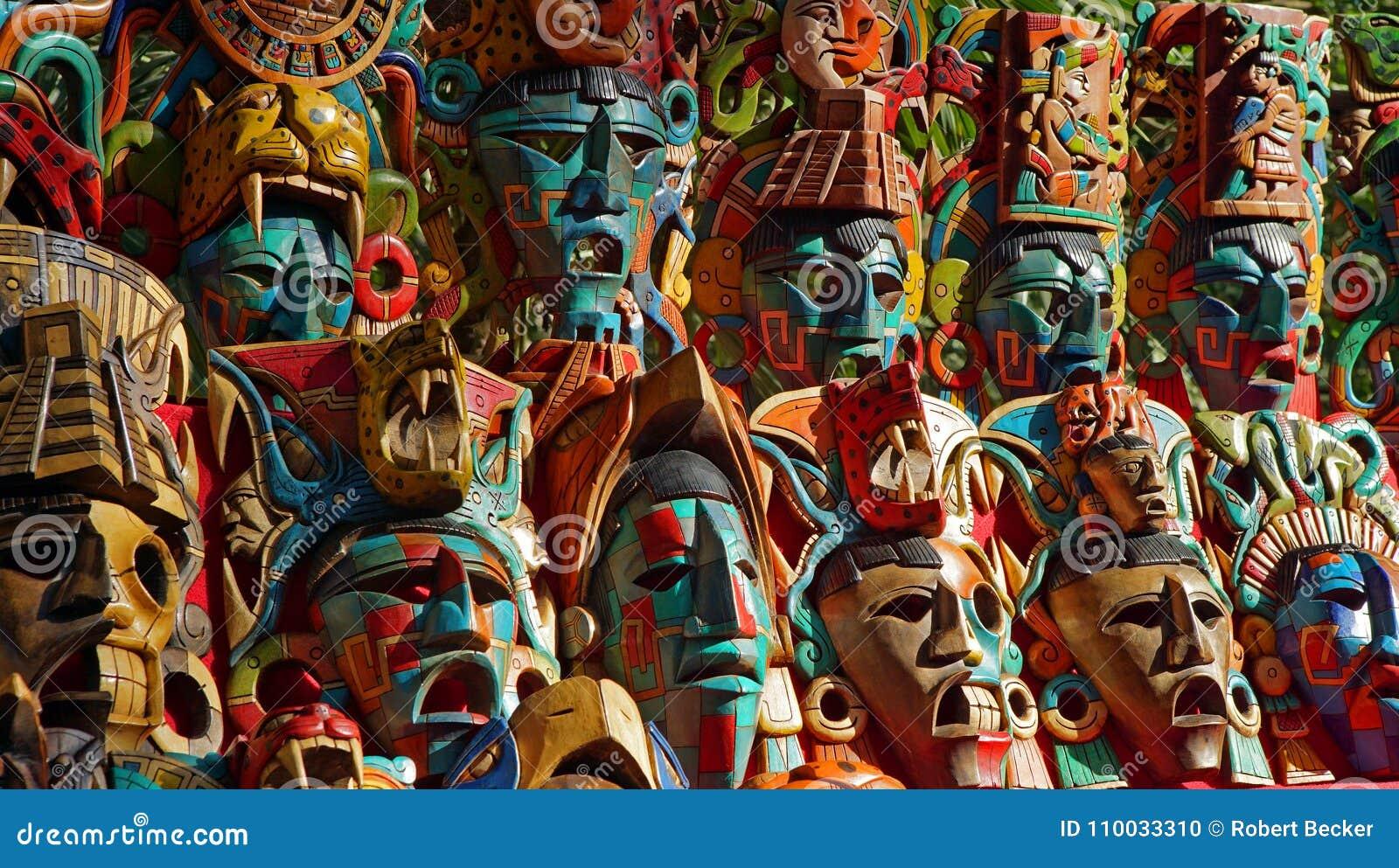 Houten die gezichtsmasker in Chichen Itza wordt verkocht