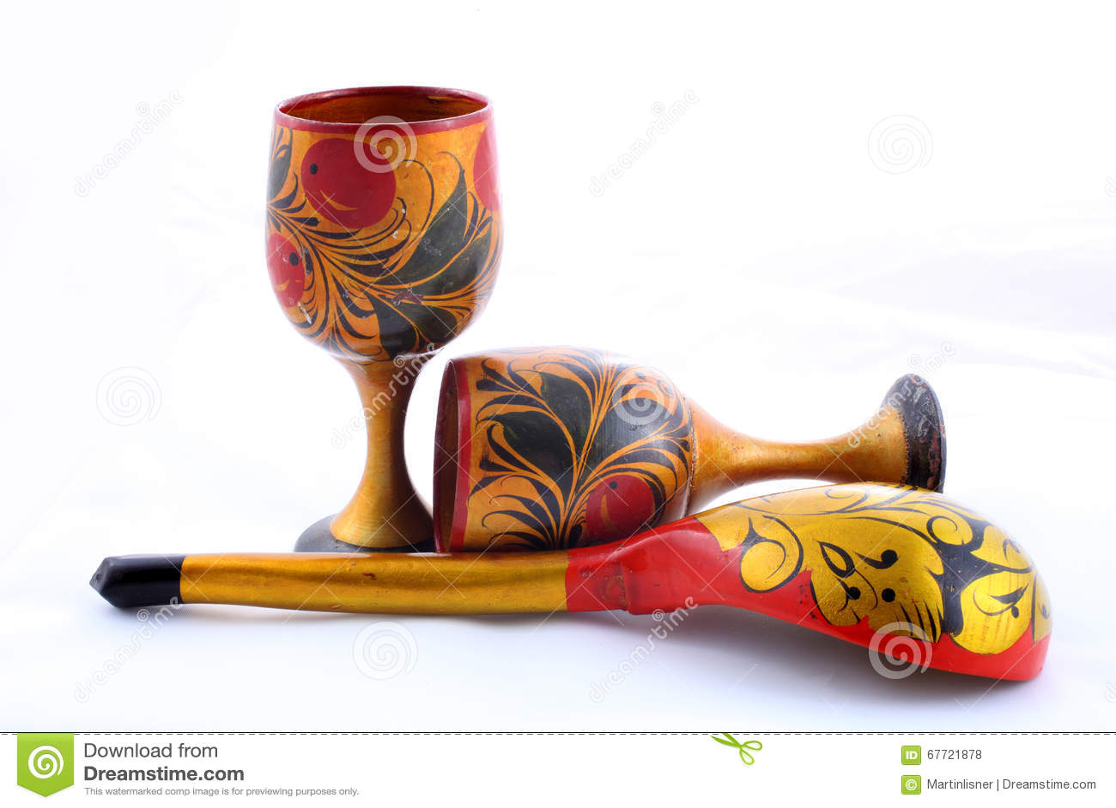 Houten die schotels, met bloemenornament in de stijl van Khokhloma Rus worden geschilderd