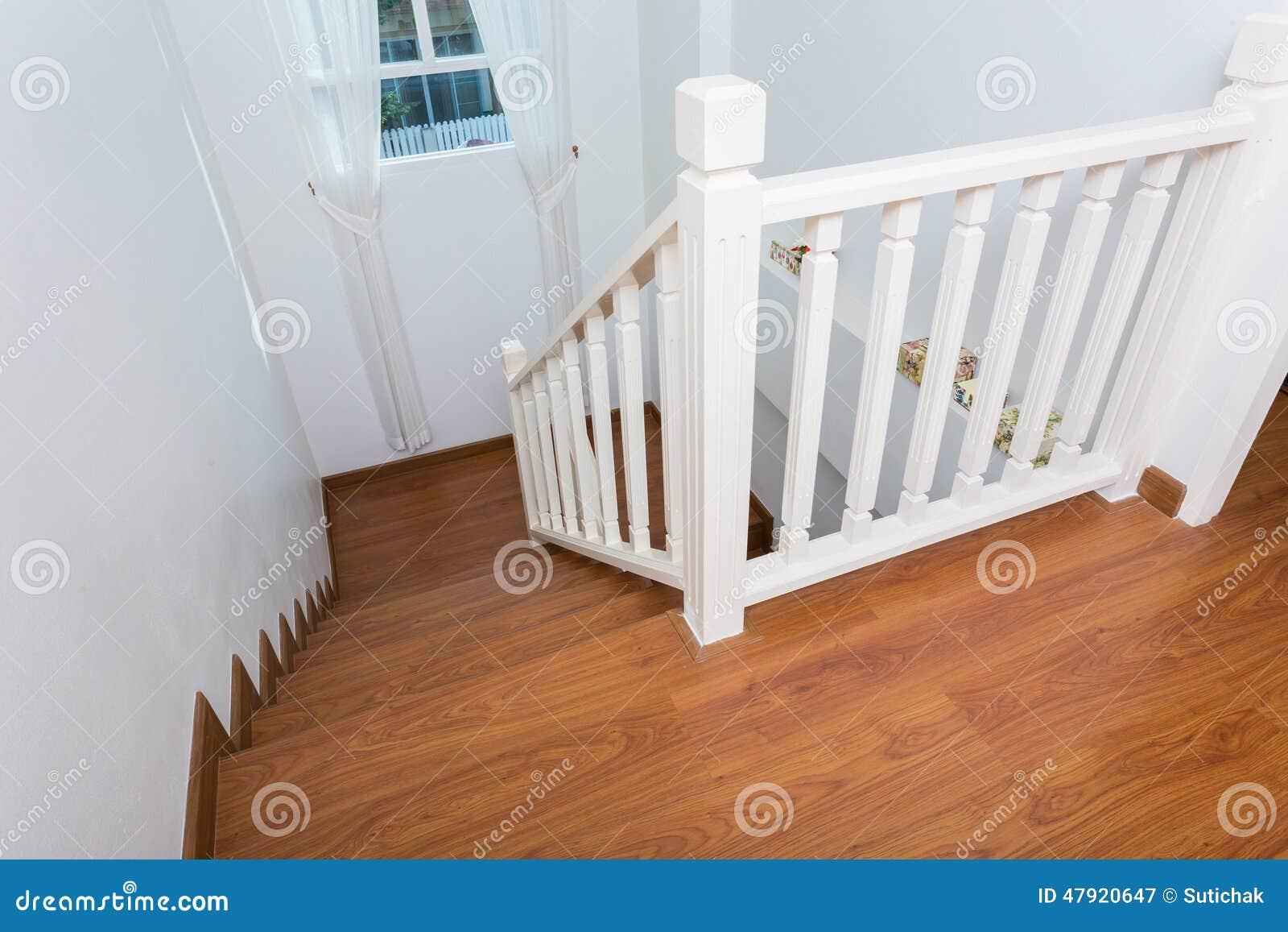 Houten die trap van gelamineerd hout wordt gemaakt stock