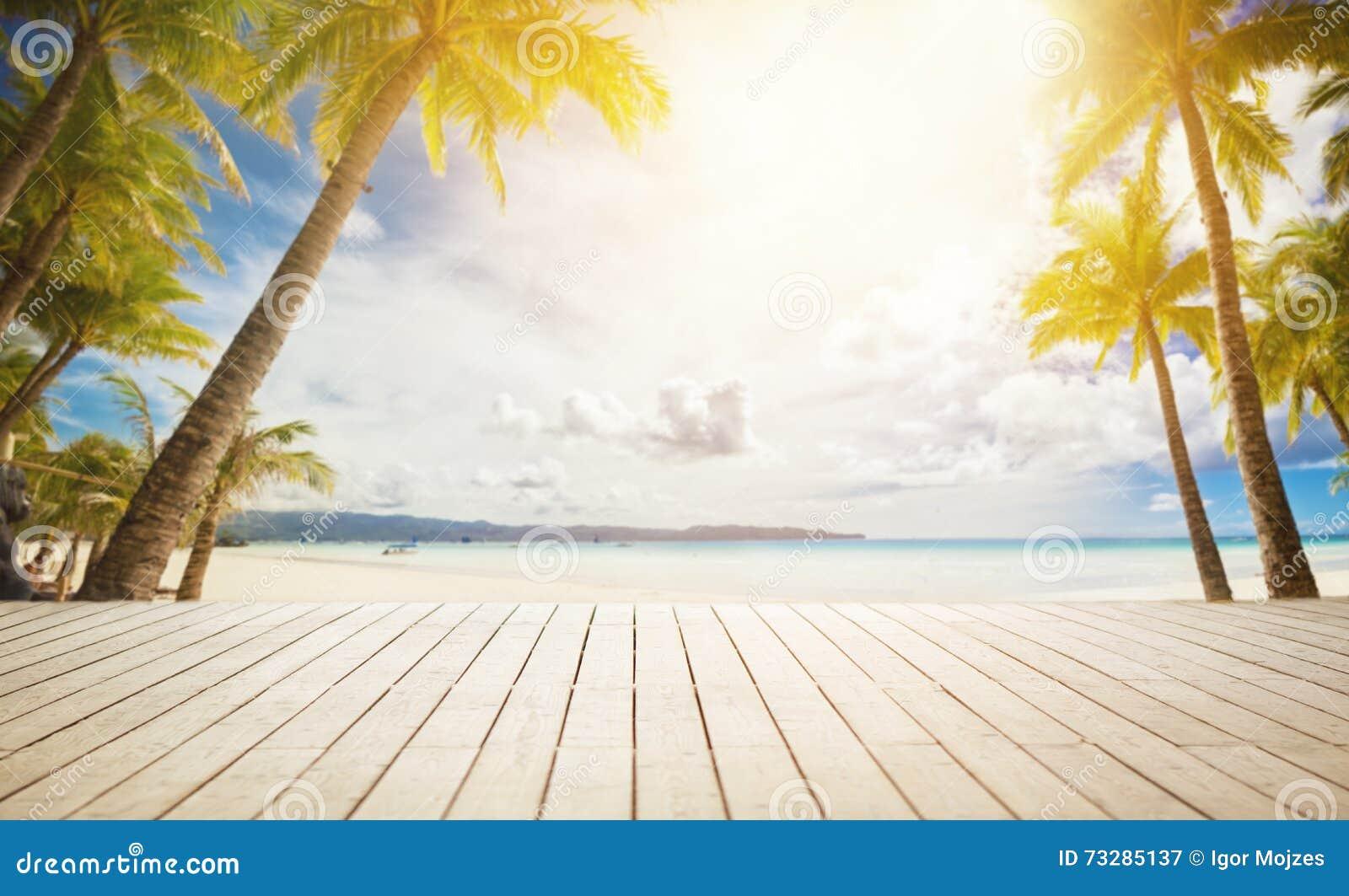 Houten dok met tropische achtergrond