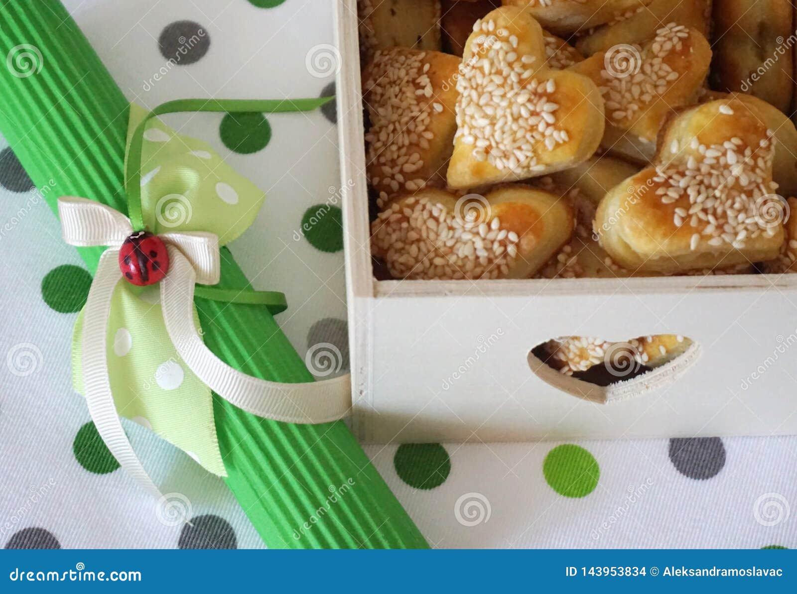 Houten dooshoogtepunt van zoute snack met sesam in vorm van hart en decoratie met lieveheersbeestje