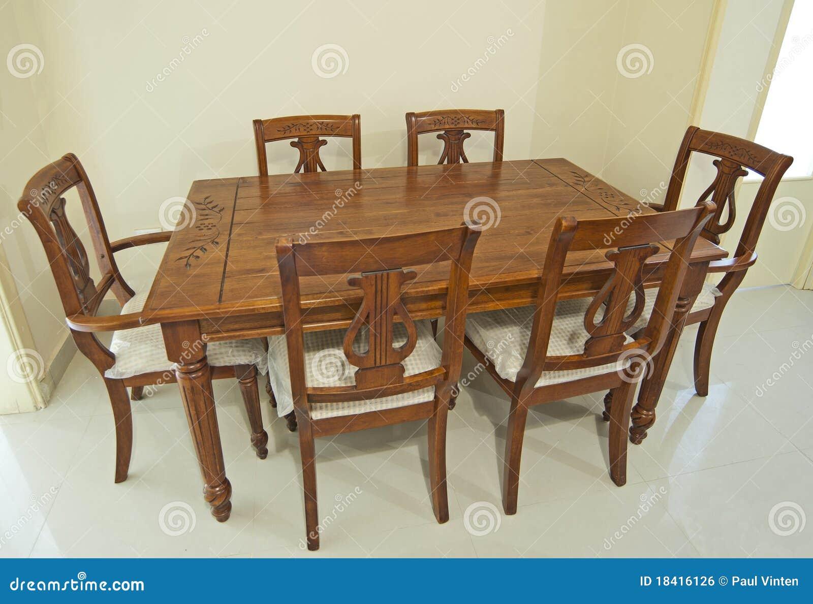 Houten eettafel en stoelen stock foto. afbeelding bestaande uit