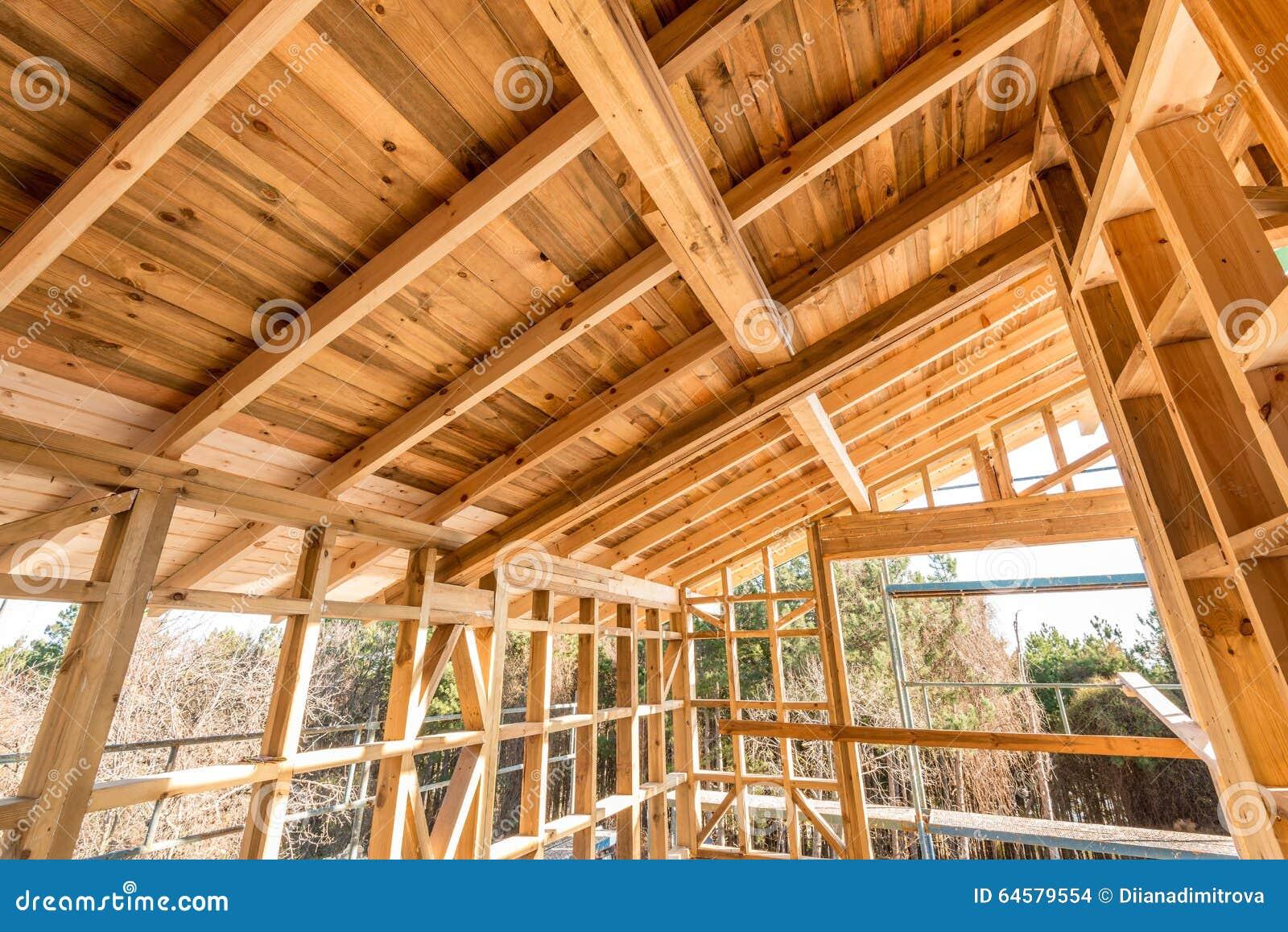Een Nieuw Huis : Houten frame van een nieuw huis in aanbouw stock foto afbeelding