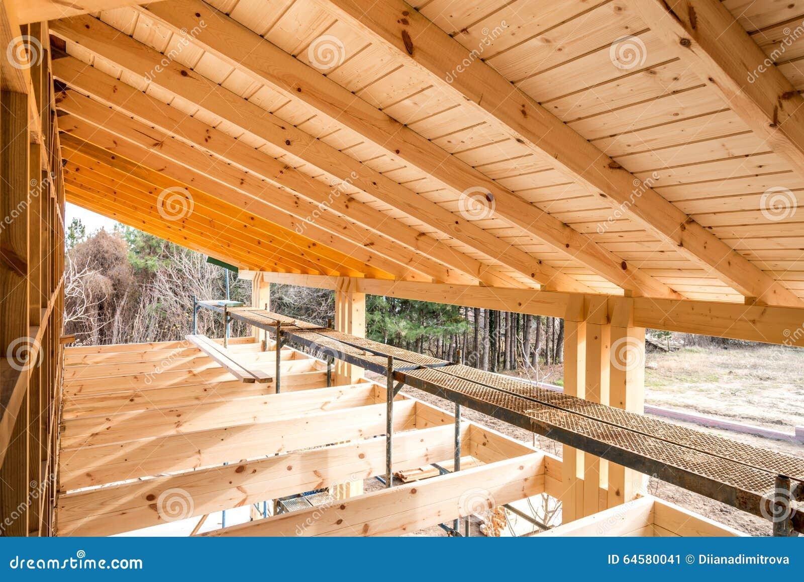 Een Nieuw Huis : Houten frame van een nieuw huis in aanbouw stock afbeelding