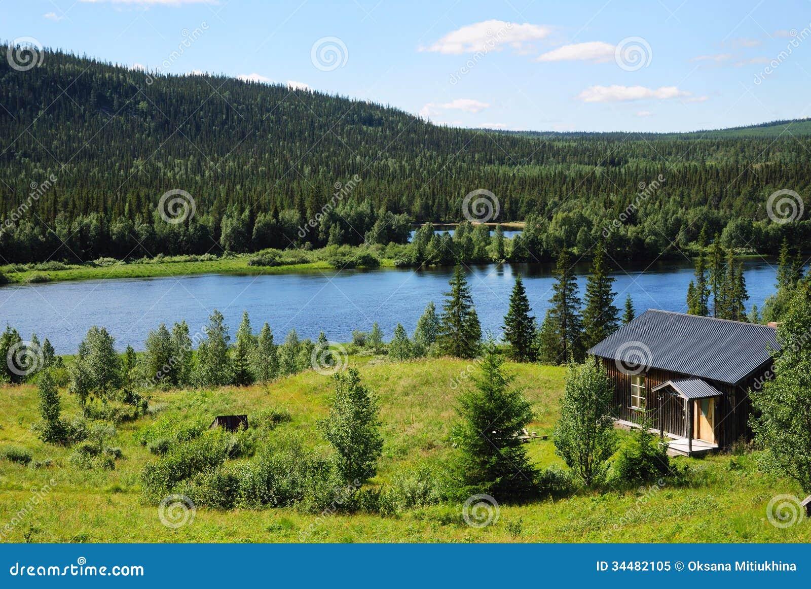 Houten huis dichtbij blauw meer in het midden van taigabos royalty vrije stock foto beeld - Meer mooie houten huizen ...