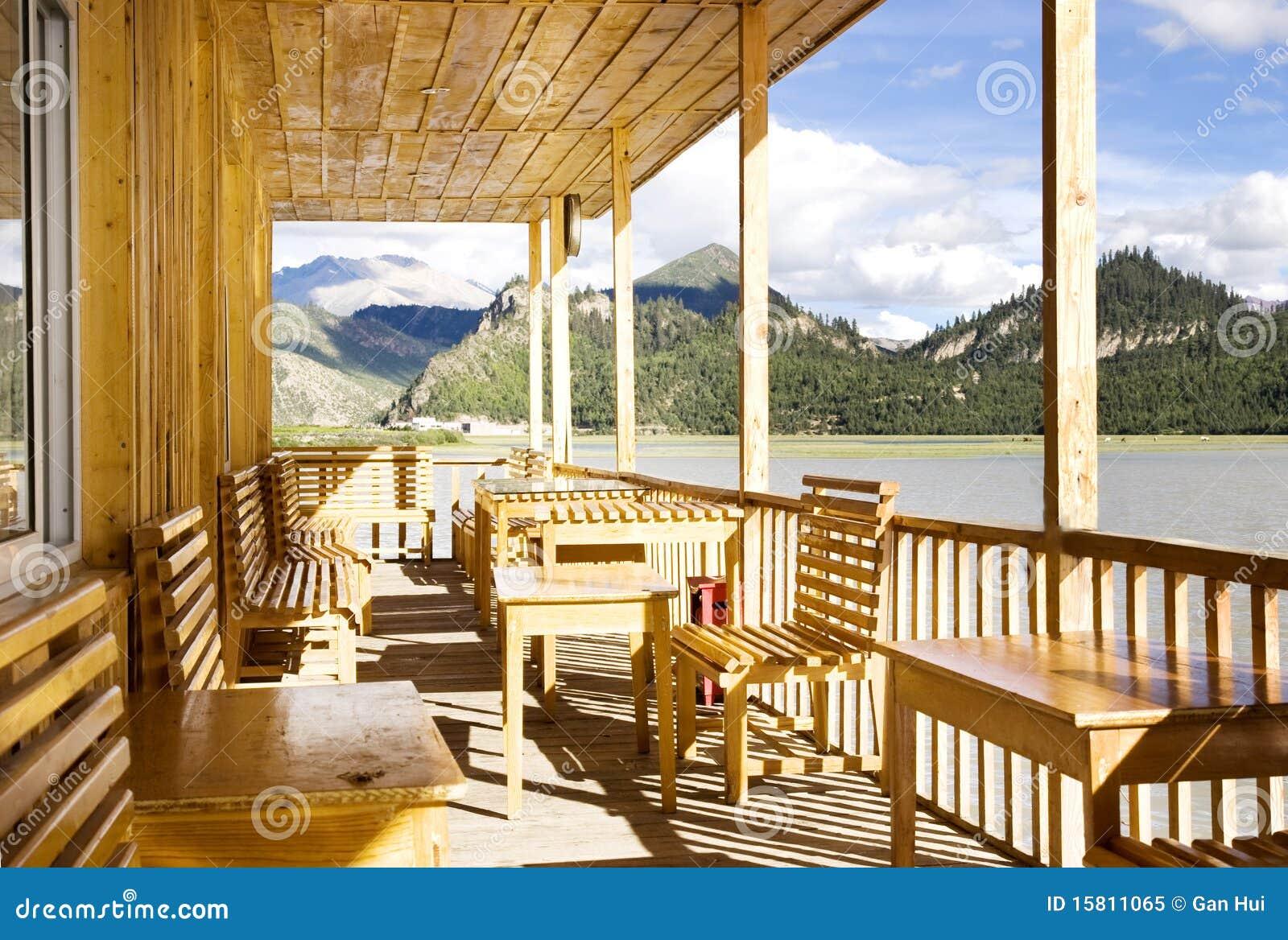Houten huis in meer dichtbij berg royalty vrije stock foto afbeelding 15811065 - Meer mooie houten huizen ...