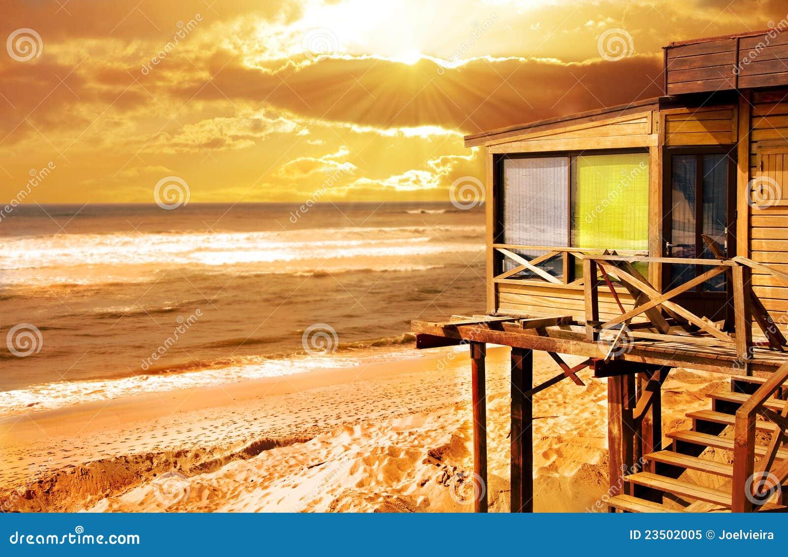 Houten huis op de zonsondergang