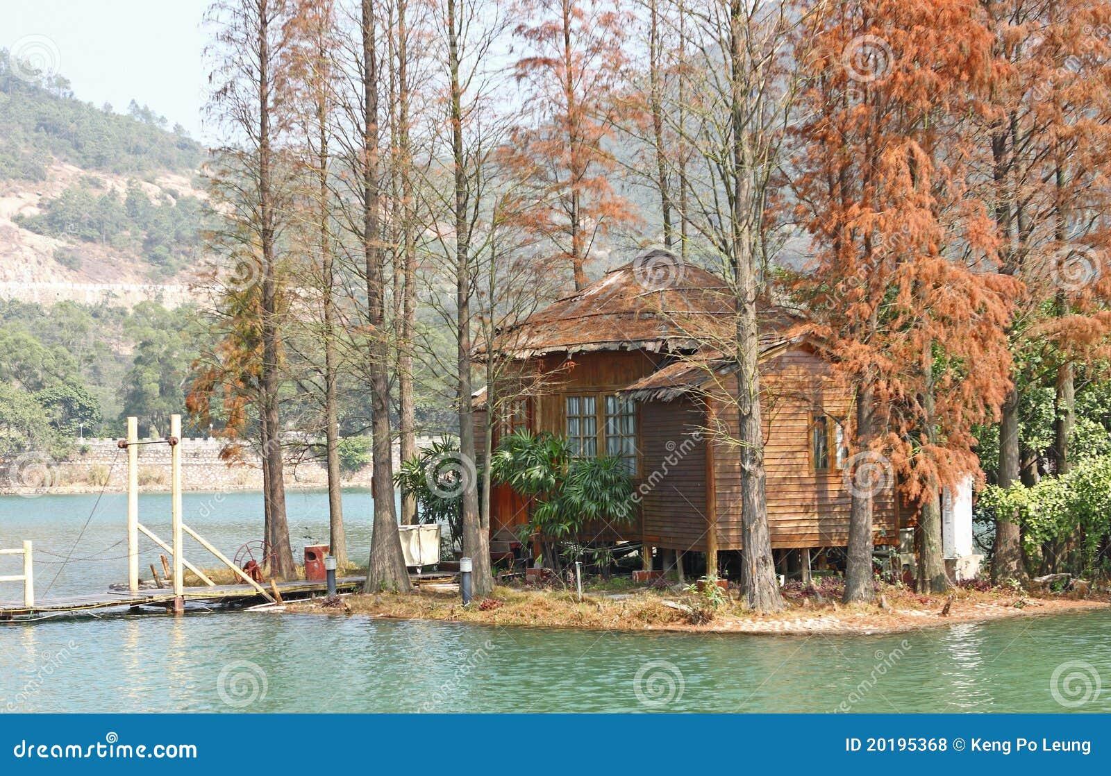 Houten huis op water royalty vrije stock foto 39 s afbeelding 20195368 - Meer mooie houten huizen ...