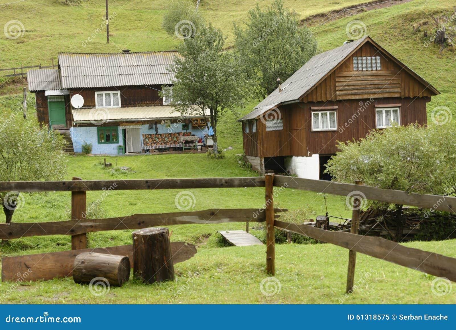 Houten huizen apuseni bergen roemeni stock afbeelding afbeelding 61318575 - Meer mooie houten huizen ...