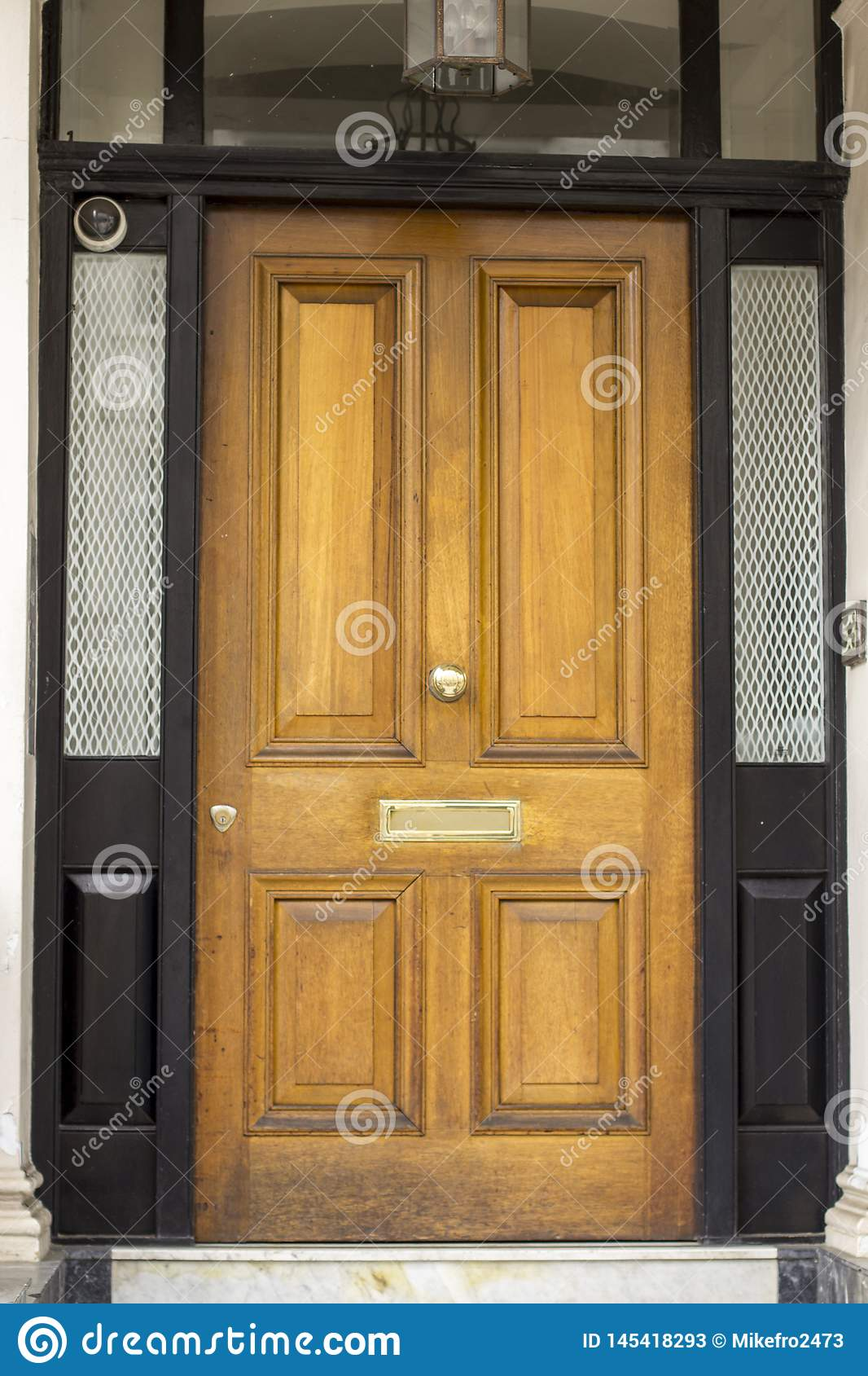 Houten Ingangsdeur aan woningbouw in Londen Typische deur in de Engelse stijl