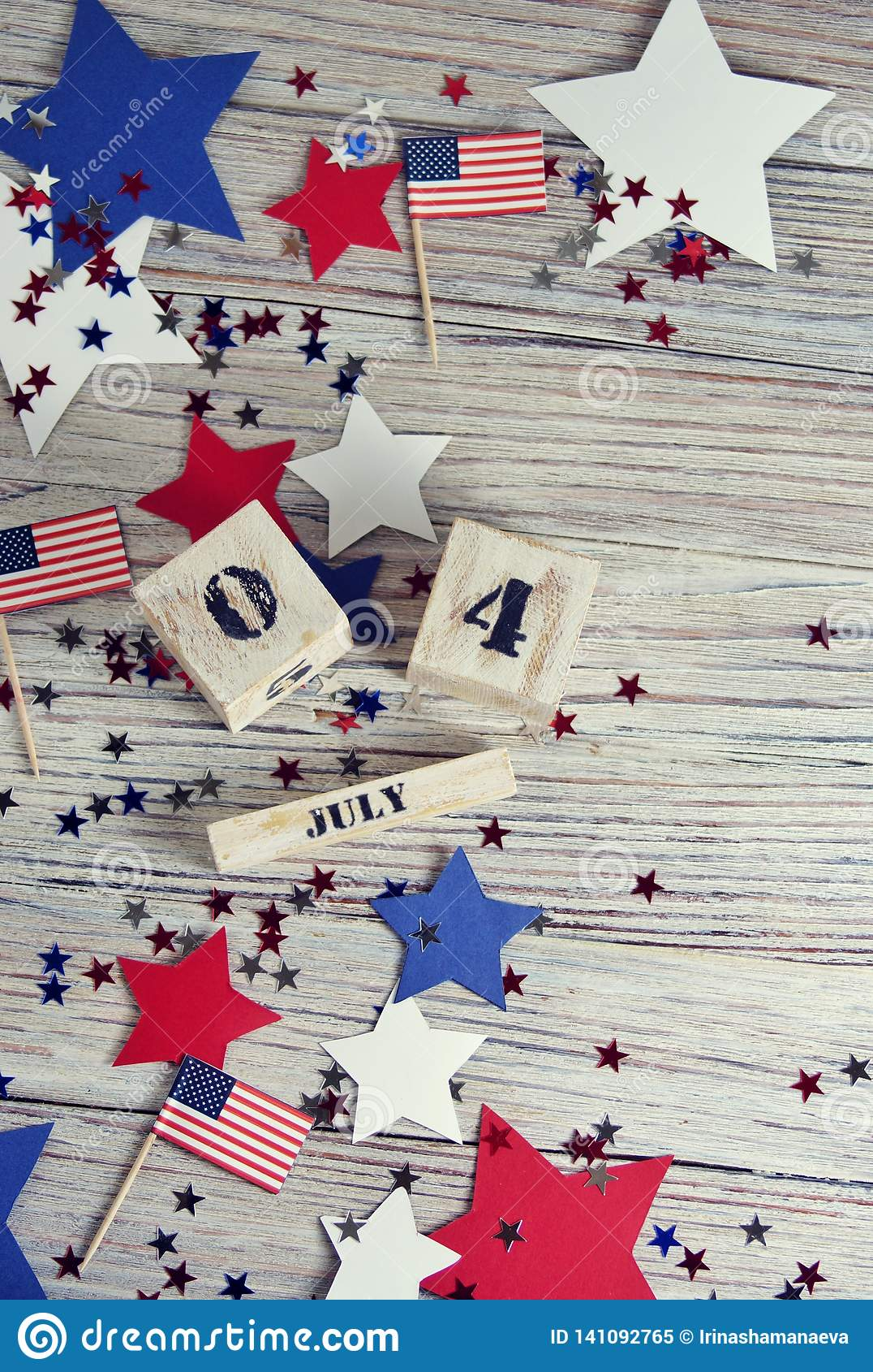 Houten kalender met de datum van 4 Juli, gelukkige onafhankelijkheidsdag, patriottisme en geheugen van veteranen