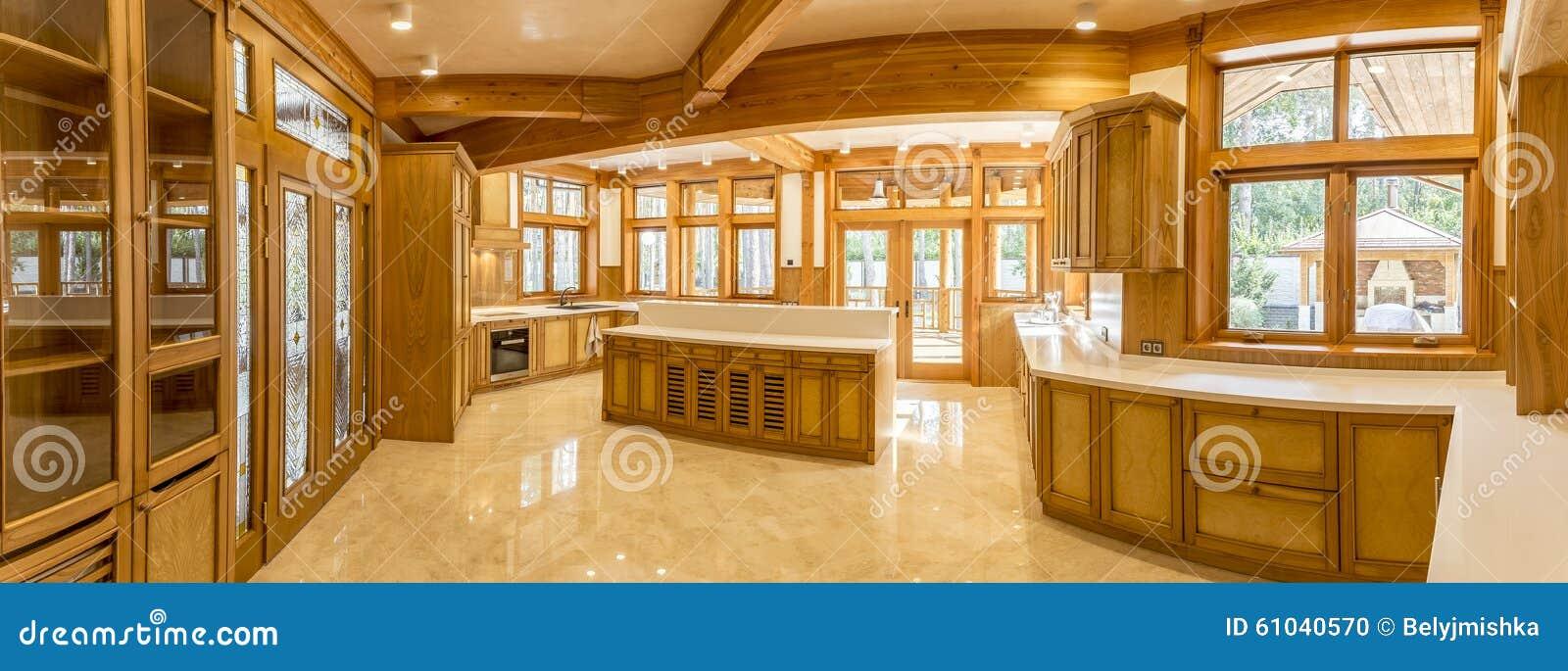 Houten keuken en marmeren vloer in buitenhuis stock foto ...