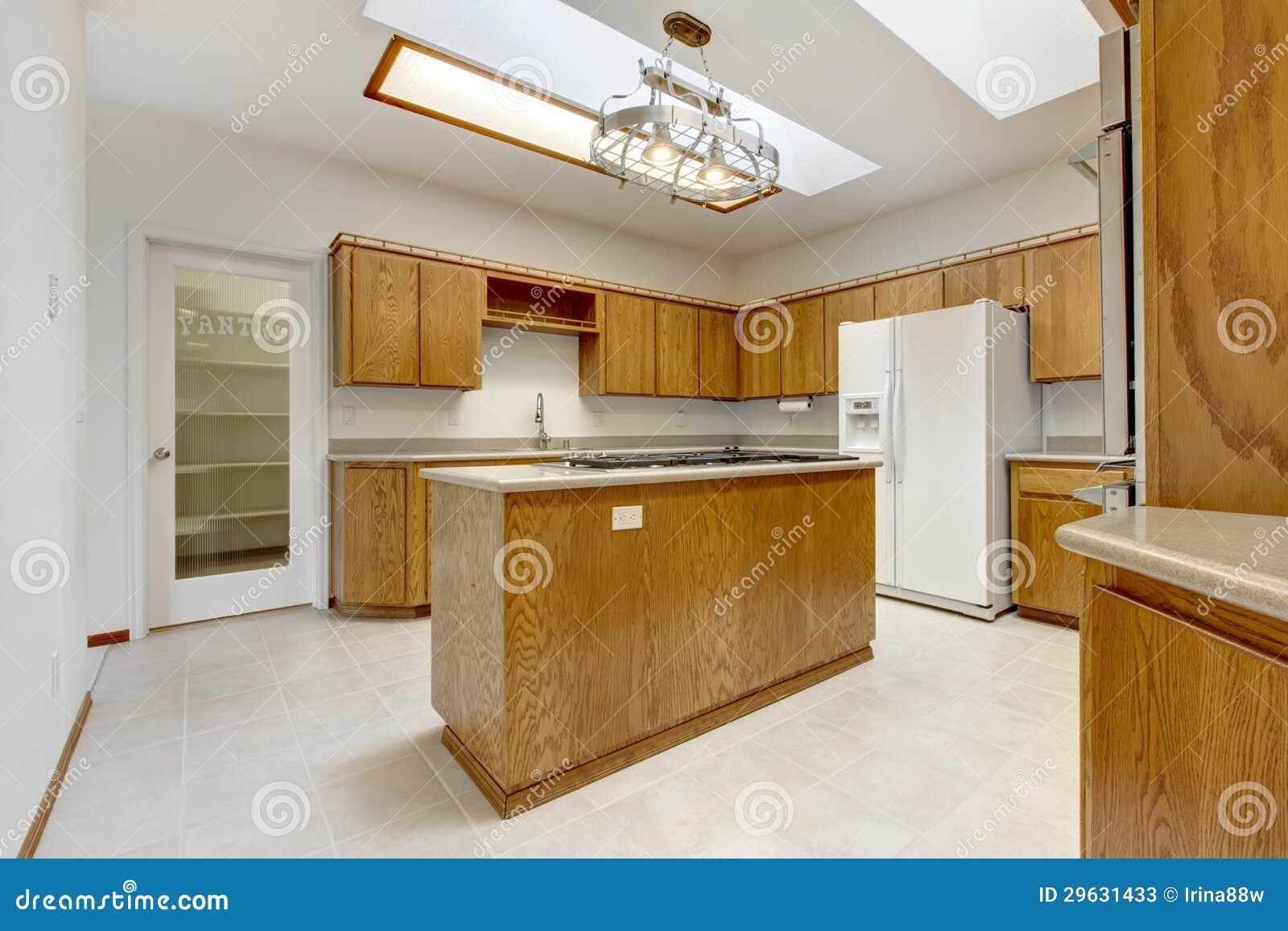 Houten keuken met eiland zonder vensters met helder licht stock foto 39 s beeld 29631433 - Keuken foto met eiland ...