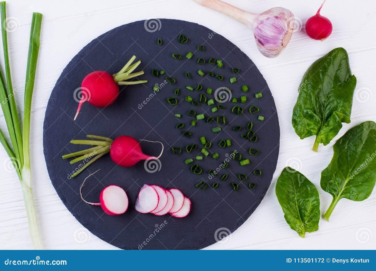 Houten keukenlijst met gezonde kokende ingrediënten