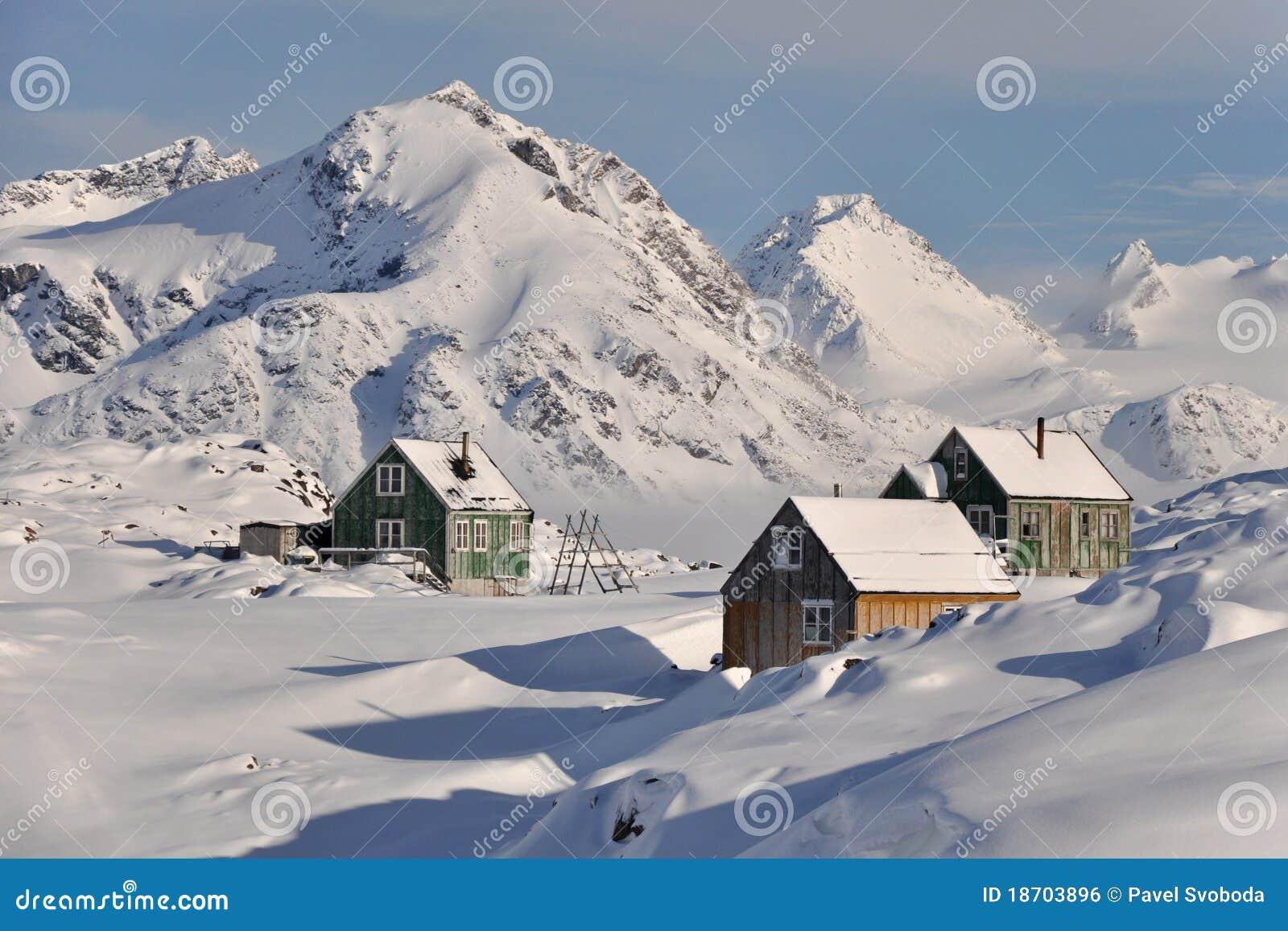 Houten kleurrijke plattelandshuisjes in de winter