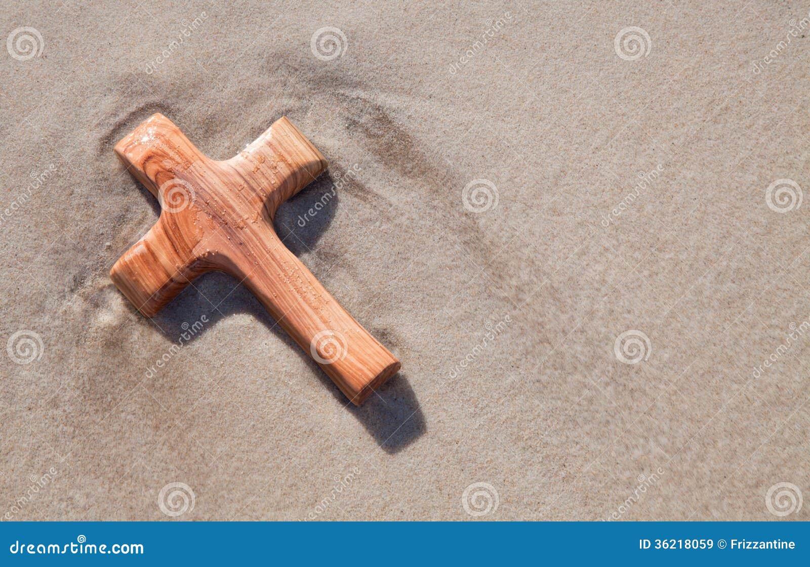 Houten kruis in zand - kaart voor het rouwen