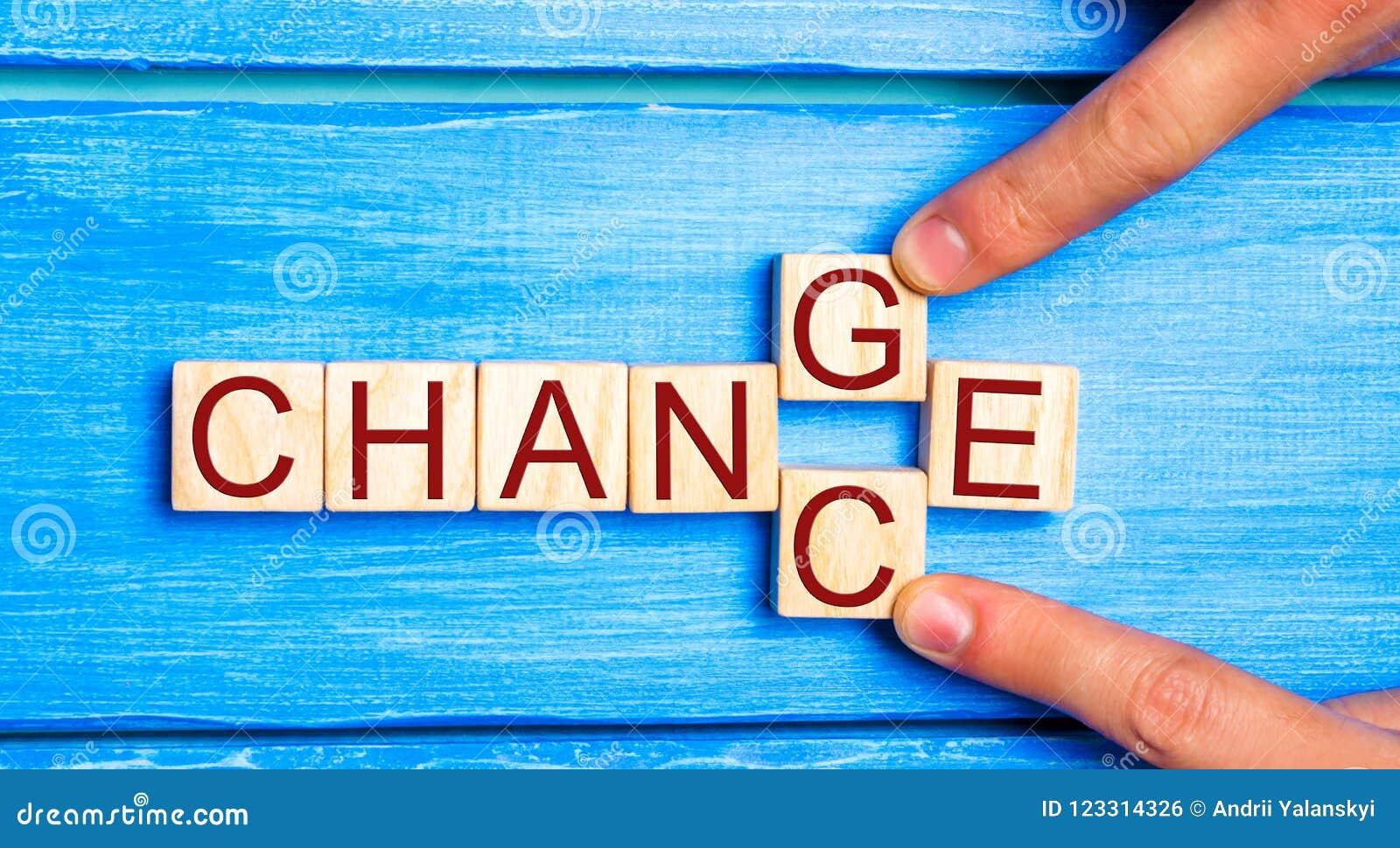 Houten kubus met de ` aan ` kans ` van de woord` verandering op houten lijst Persoonlijke ontwikkeling en het concept van de van