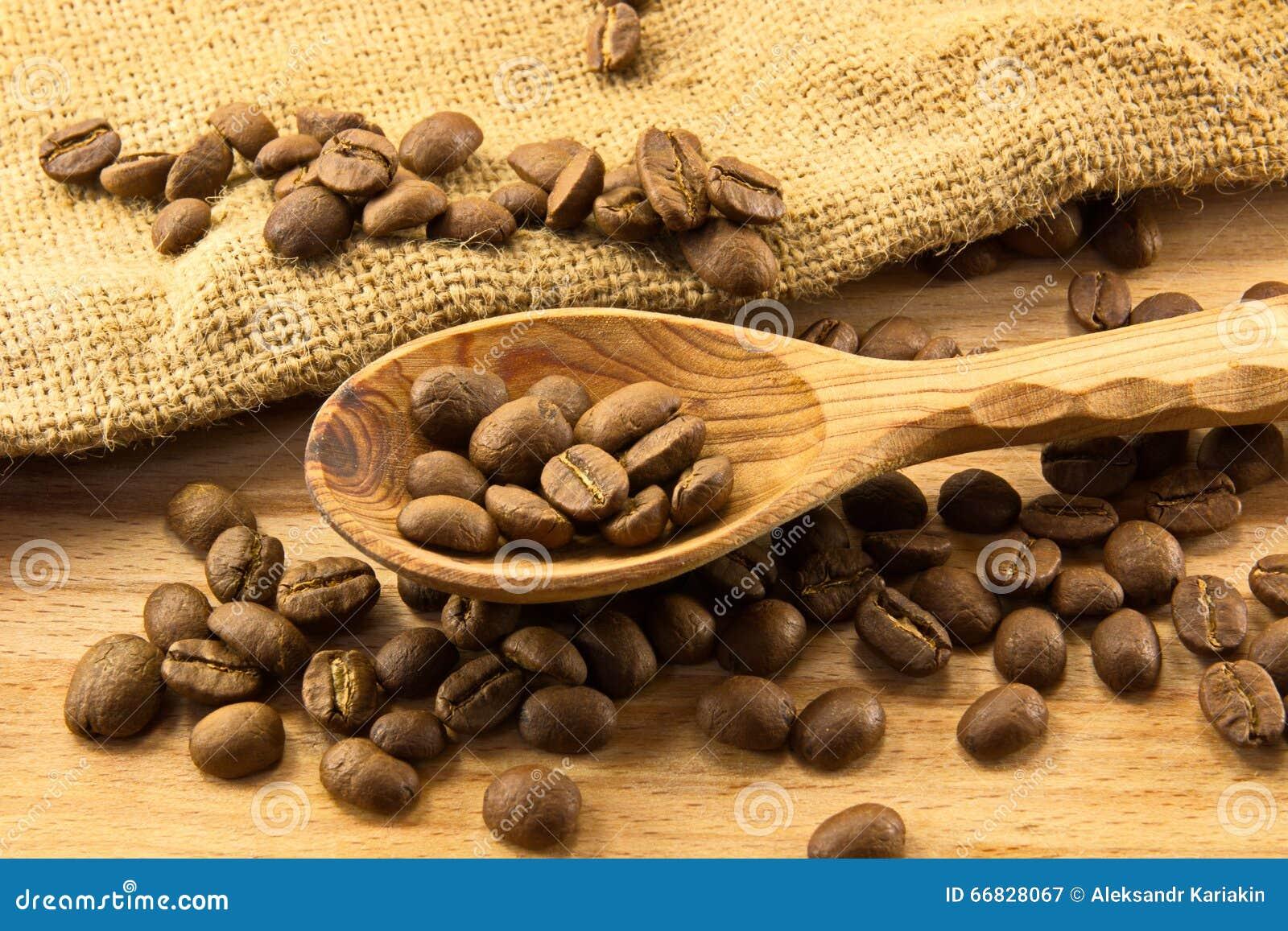 Houten lepel en koffie aan boord