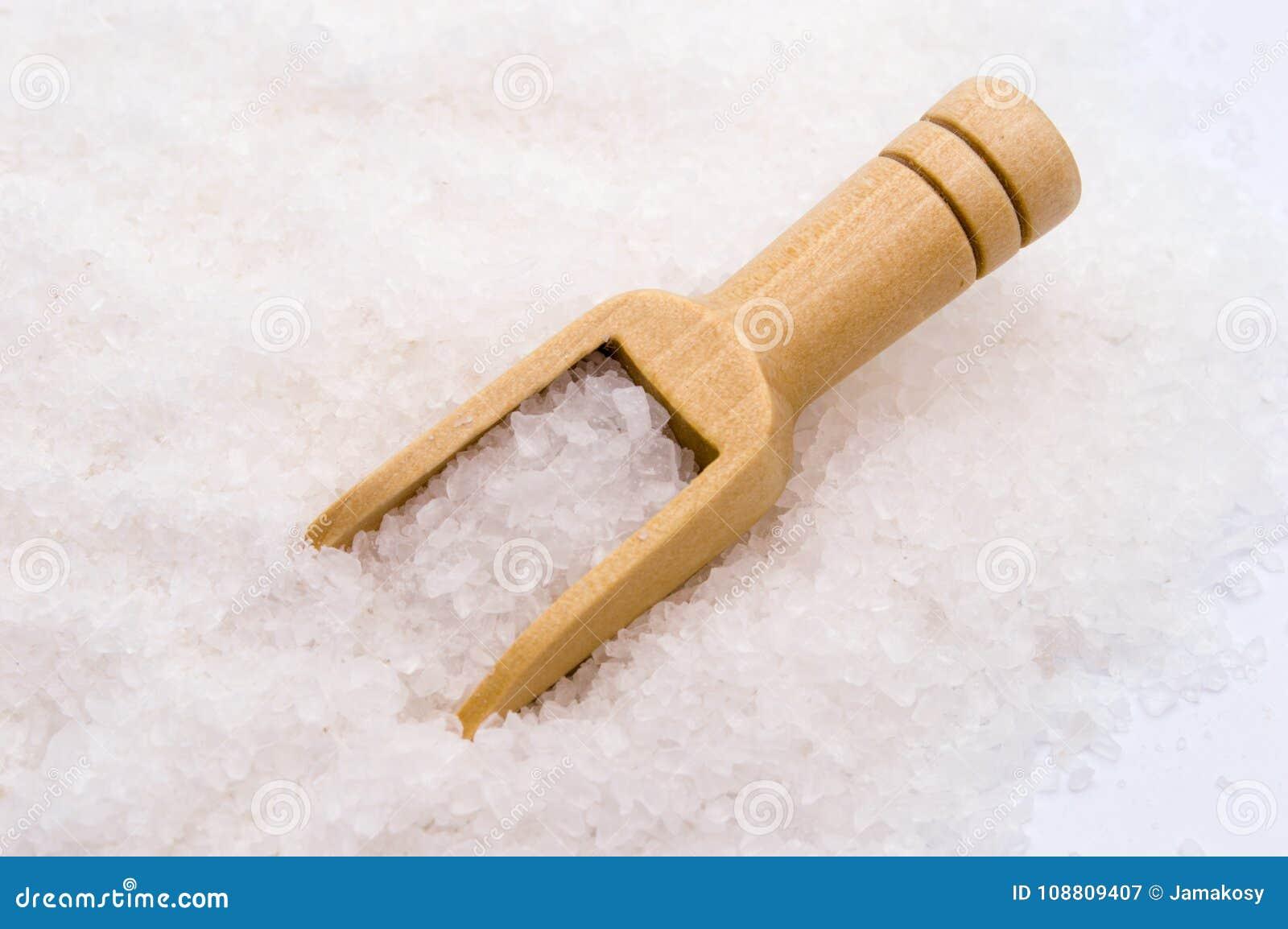 Houten lepel op overzeese zoute achtergrond