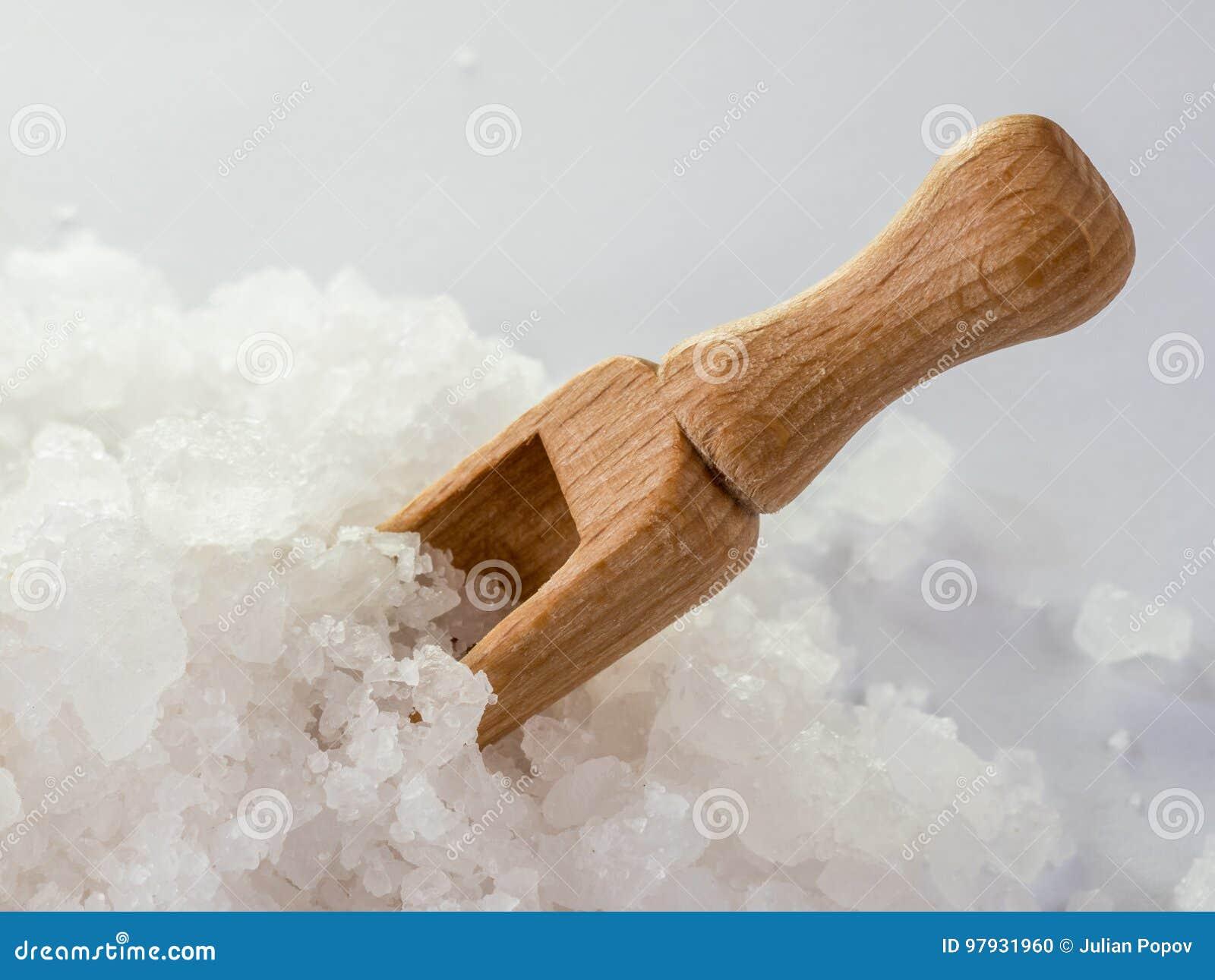 Houten lepel in overzees zout De kristallen van overzees zout sluiten omhoog