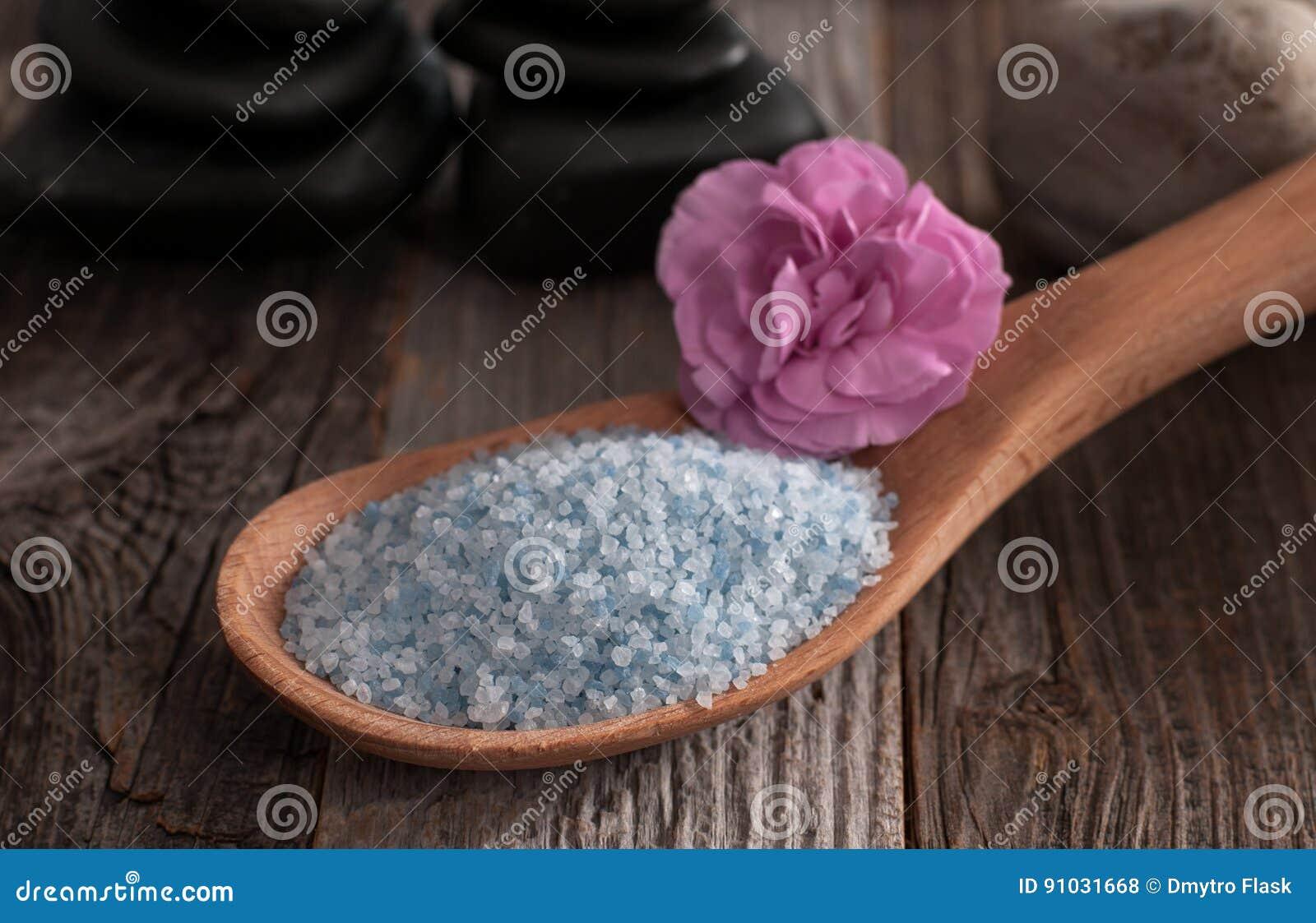 Houten lepelhoogtepunt van overzees zout op houten achtergrond