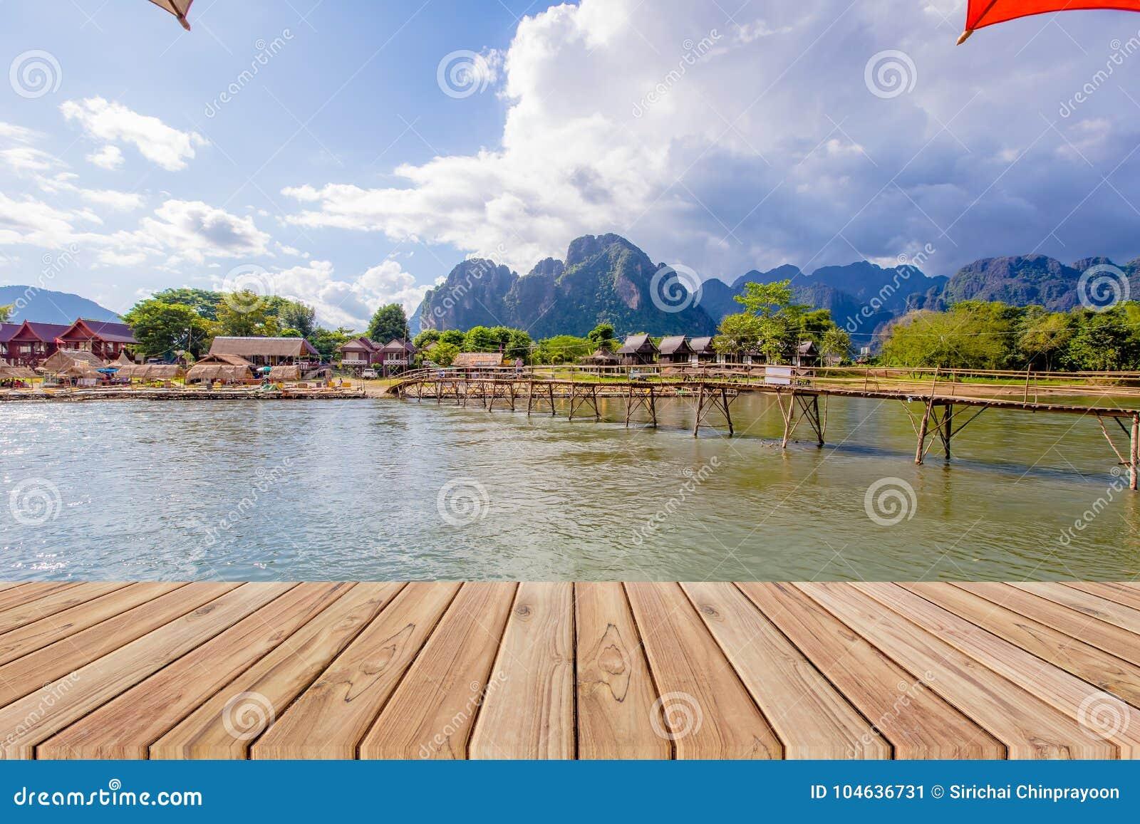 Download Houten Lijst Naast Nam Song-rivier In Vang Vieng Stock Afbeelding - Afbeelding bestaande uit brug, landelijk: 104636731