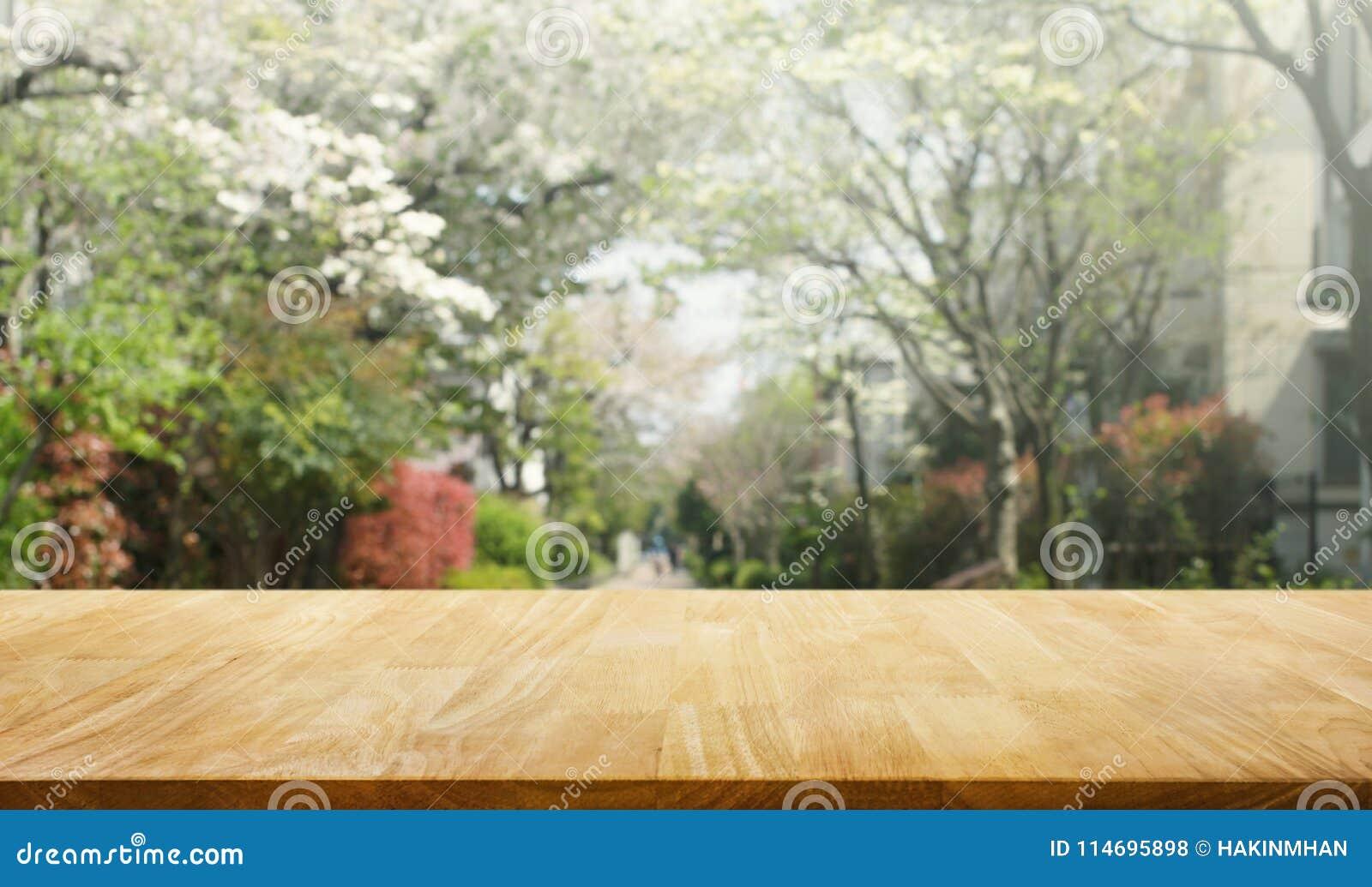 Houten lijstbovenkant op de bloem van onduidelijk beeldsakura op tuinachtergrond nave